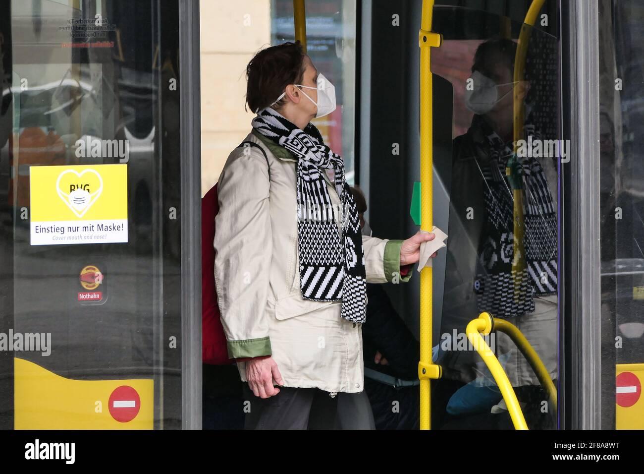 Berlin, Deutschland. April 2021. Ein Passagier mit Gesichtsmaske steht am 12. April 2021 in Berlin, der Hauptstadt Deutschlands, auf einem Bus. Nach Angaben des Robert Koch-Instituts (RKI) wurden am Montag seit Ausbruch der Pandemie mehr als drei Millionen COVID-19-Infektionen in Deutschland registriert. Quelle: Stefan Zeitz/Xinhua/Alamy Live News Stockfoto