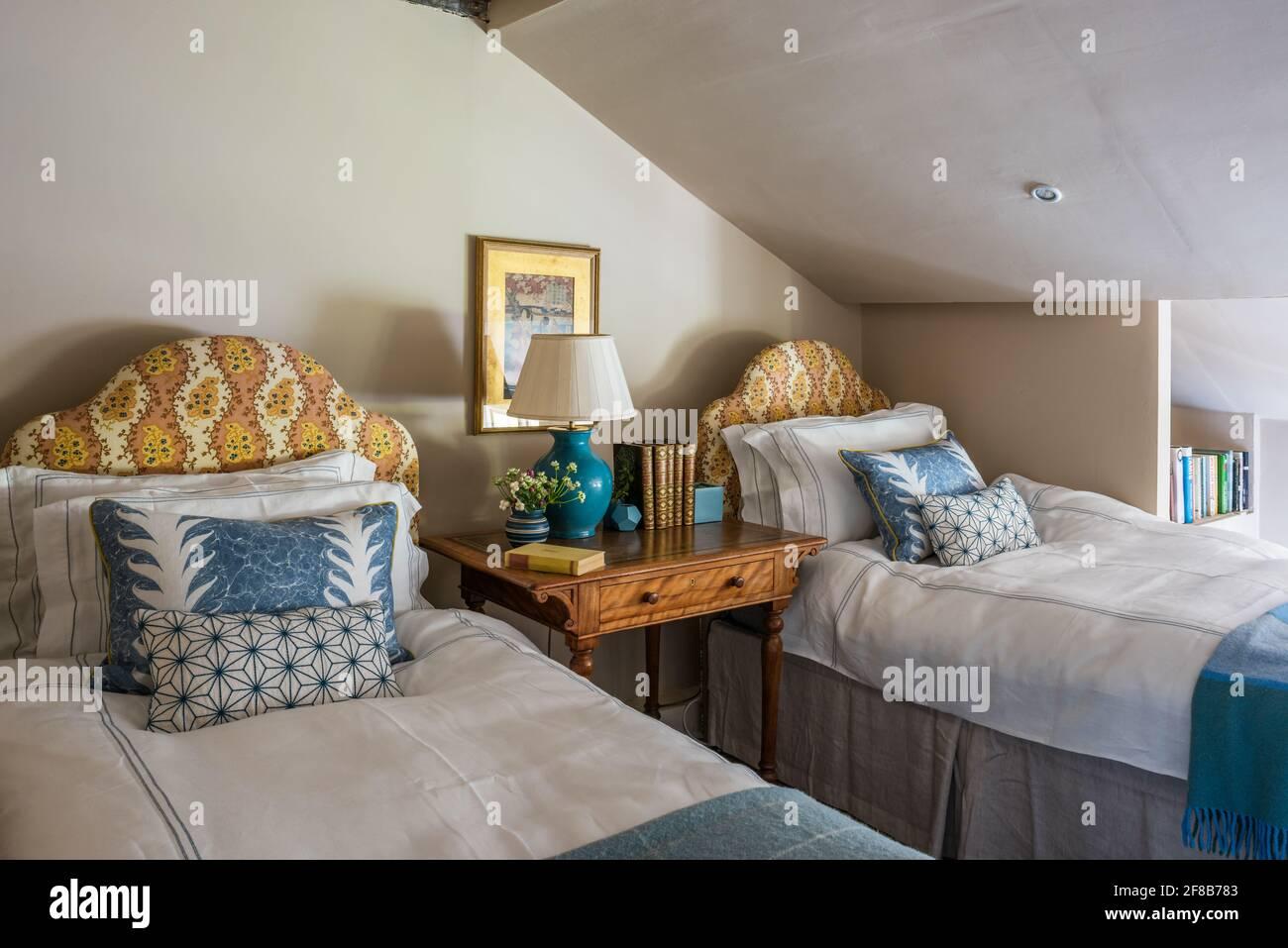 """Kopfteile aus Stoff von George Spencer mit Wänden in """"Silken Flank"""" Zweibettzimmer des denkmalgeschützten Suffolk-Bauernhauses der Klasse II Stockfoto"""