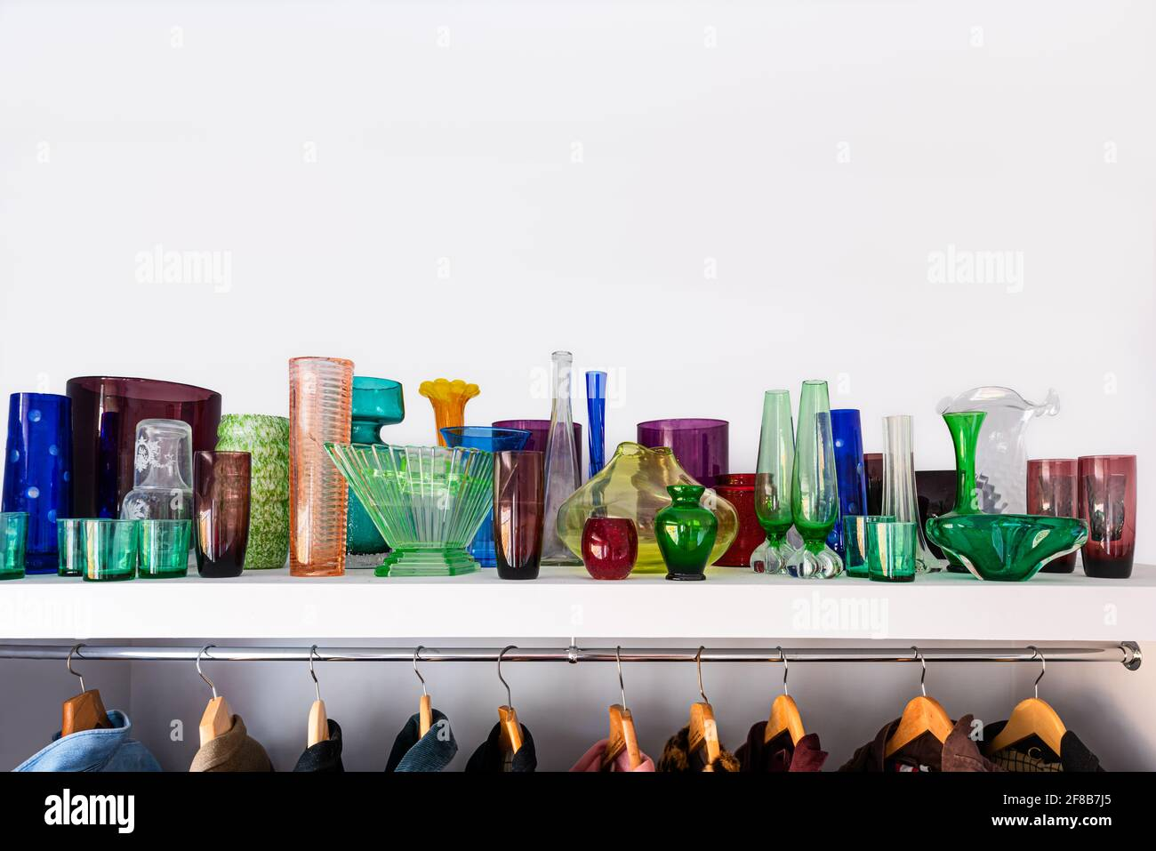 Die Glassammlung schafft eine juwelenartige Ausstellung. Stockfoto
