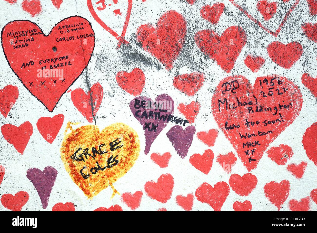 London, England, Großbritannien. National Covid Memorial Wall am Ufer der Themse, gegenüber dem Parlamentsgebäude, 150 000 Herzen zum Gedenken an die li Stockfoto