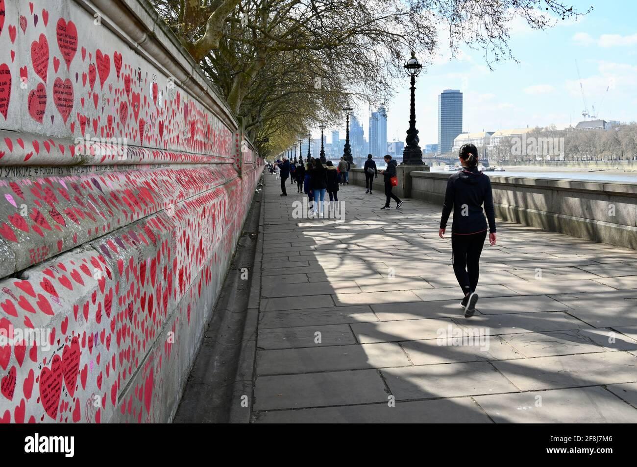 London. VEREINIGTES KÖNIGREICH. Am 14. April 2021 strömen die Menschen weiter zur COVID-Gedenkmauer für die Opfer des Coronavirus, die im letzten Jahr verstorben sind. St. Thomas' Hospital, London Stockfoto