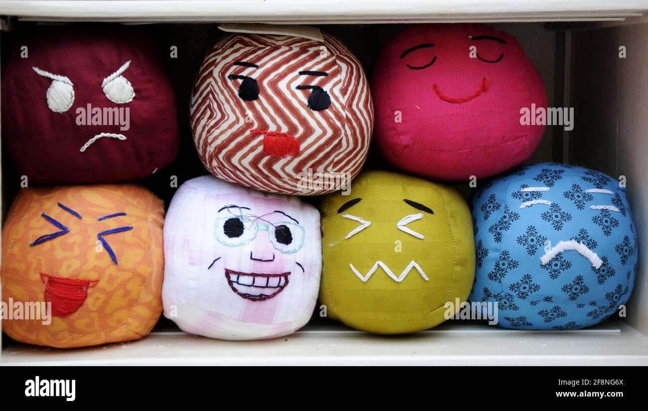 Viele handgemachte farbige Smiley Gesichter weiche Spielzeuge, handgemachte farbige Smiley, weiche Spielzeuge, Emotionen Bälle Hintergrund Stockfoto