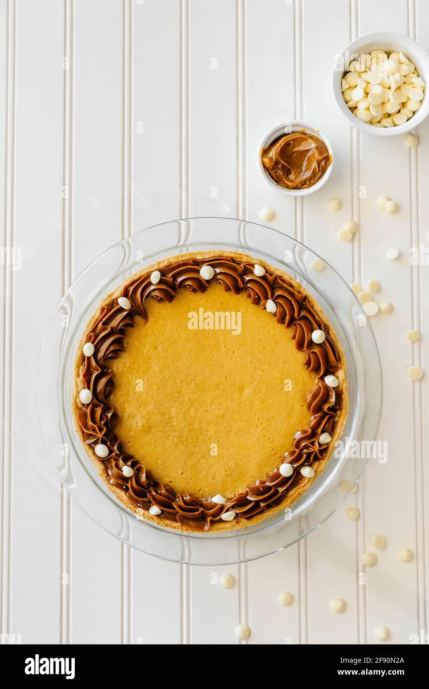 Dulche de leche und weißer Schokoladenkäsekuchen in Scheiben geschnitten Stockfoto