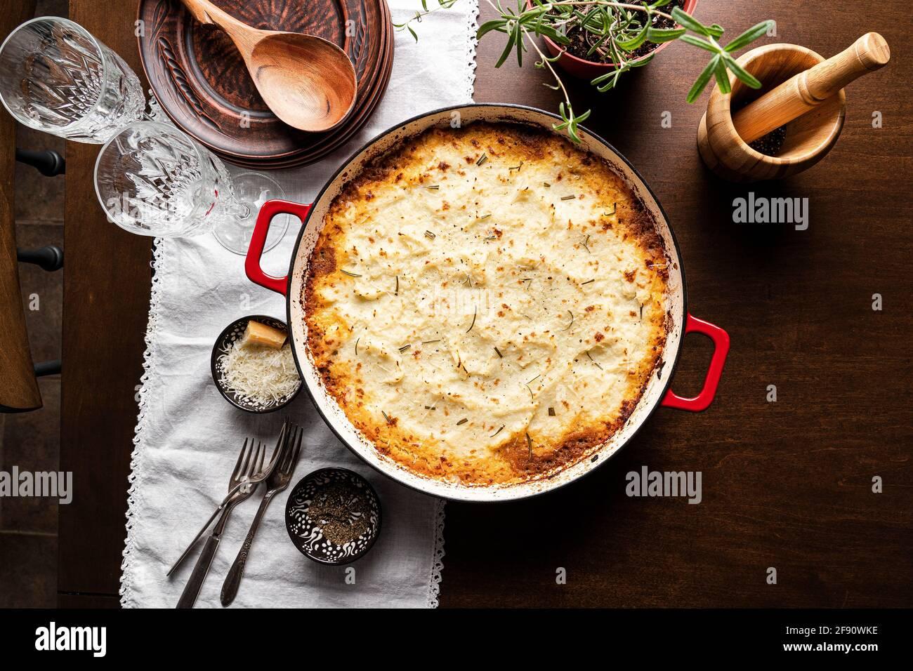 Shepherd's Pie auf dem Esstisch Stockfoto