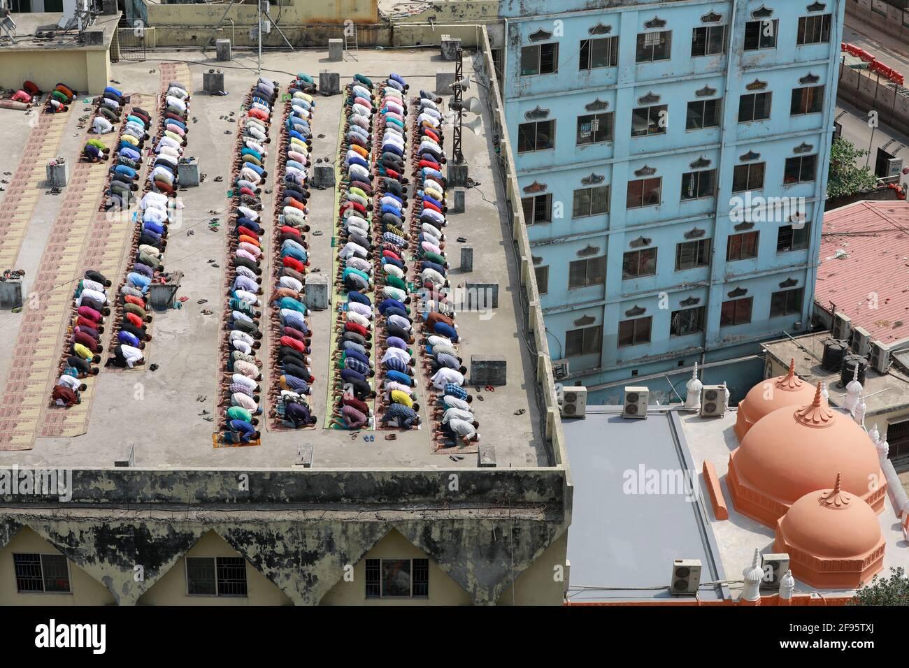 Dhaka, Bangladesch. April 2021. Während des heiligen Monats Ramadan in Dhaka, Bangladesch, am 16. April 2021, beten Menschen am Freitag. Bangladesch setzt umfangreiche soziale Beschränkungen ein, die ein striktes Protokoll zur Durchführung von gemeinsamen Gebeten beinhalten, wie das Tragen von Gesichtsmaske, die Bereitstellung von Desinfektionsmitteln, physische Distanzierungen, um die Ausbreitung von COVID-19 zu verhindern. Quelle: Suvra Kanti das/ZUMA Wire/Alamy Live News Stockfoto
