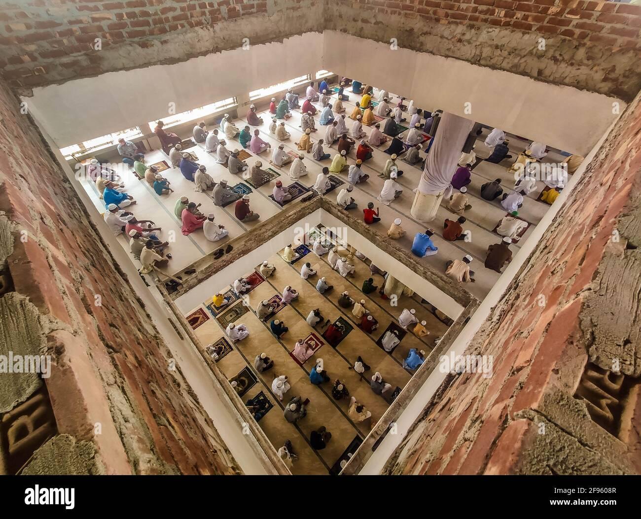 Barishal, Bangladesch. April 2021. Trotz einer Sperre im Land, wo höchstens 20 Menschen gleichzeitig in einer Moschee beten dürfen, folgen die Menschen den Govt nicht. Gesundheitsprotokoll und nehmen ihr Jummah-Gebet während des Heiligen Monats im Ramadan in einer großen Anzahl an einer Moschee in Barishal, Bangladesch. Quelle: Mustasinur Rahman Alvi/ZUMA Wire/Alamy Live News Stockfoto