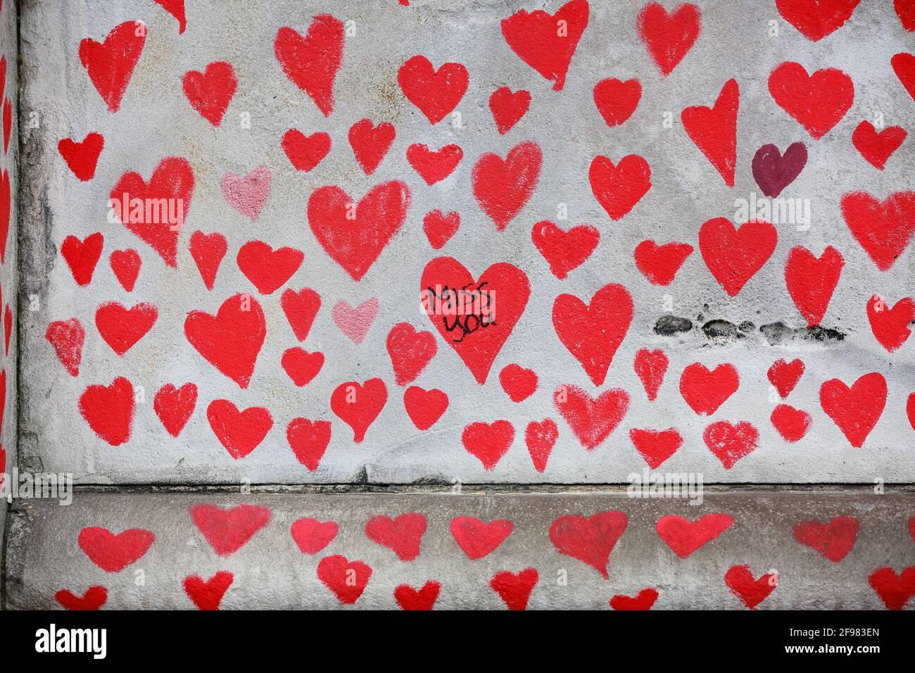 London, Großbritannien. 13. April 2021. National COVID Memorial Wall - handgezeichnete rote Herzen auf einer Mauer gegenüber dem Parlament. Quelle: Waldemar Sikora Stockfoto