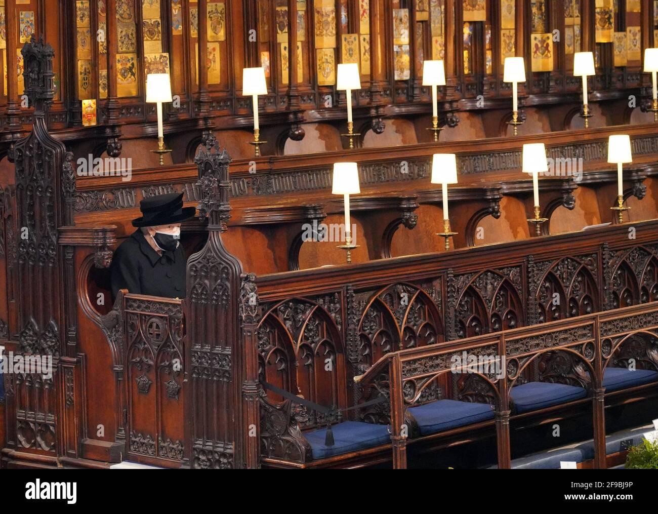Königin Elizabeth II. Nimmt ihren Platz für die Beerdigung des Herzogs von Edinburgh in der St. George's Chapel, Windsor Castle, Bekshire. Bilddatum: Samstag, 17. April 2021. Stockfoto