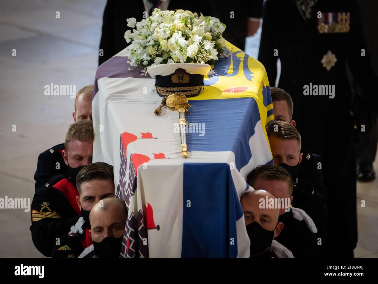 Pall-Träger tragen den Sarg während der Beerdigung des Herzogs von Edinburgh in der St. George's Chapel, Windsor Castle, Bekshire. Bilddatum: Samstag, 17. April 2021. Stockfoto