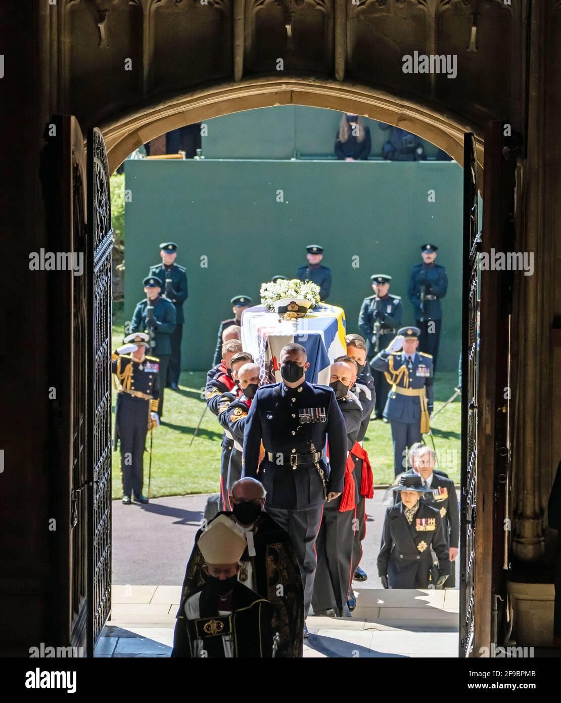 Pall-Träger tragen den Sarg des Herzogs von Edinburgh in die St. George's Chapel, Windsor Castle, Bekshire. Bilddatum: Samstag, 17. April 2021. Stockfoto