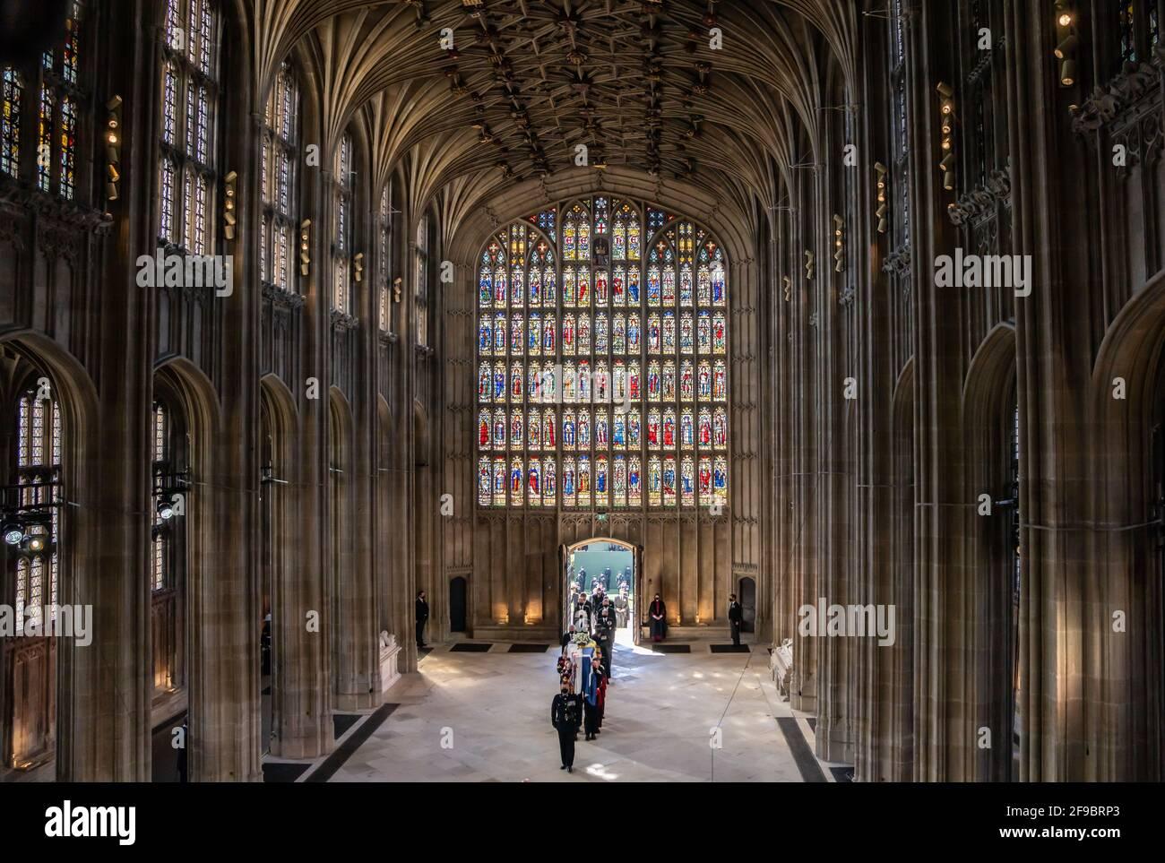 Pall-Träger tragen den Sarg des Herzogs von Edinburgh, gefolgt von Mitgliedern der königlichen Familie, die die St. George's Chapel, Windsor Castle, Berkshire, betreten. Bilddatum: Samstag, 17. April 2021. Stockfoto