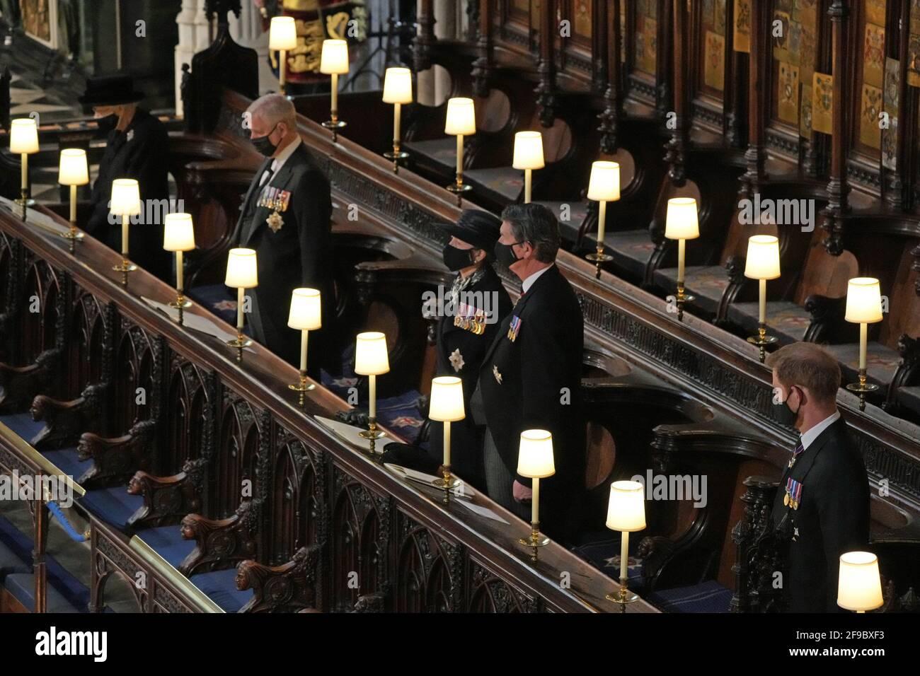 (Von links nach rechts) Königin Elizabeth II. , der Herzog von York, die Prinzessin Royal, Vizeadmiral Sir Timothy Laurence und der Herzog von Sussex während der Beerdigung des Herzogs von Edinburgh in St. George's Chapel, Windsor Castle, Berkshire. Bilddatum: Samstag, 17. April 2021. Stockfoto
