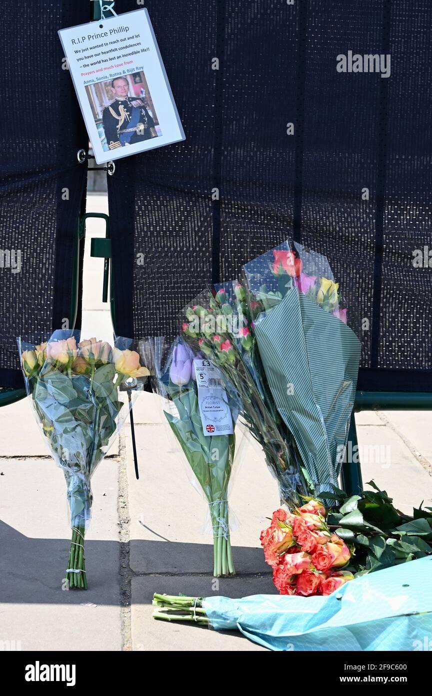 Blumenverehrungen zum Gedenken an Prinz Philip, der am 09.04.21 starb. Buckingham Palace, Westminster, London. VEREINIGTES KÖNIGREICH Stockfoto