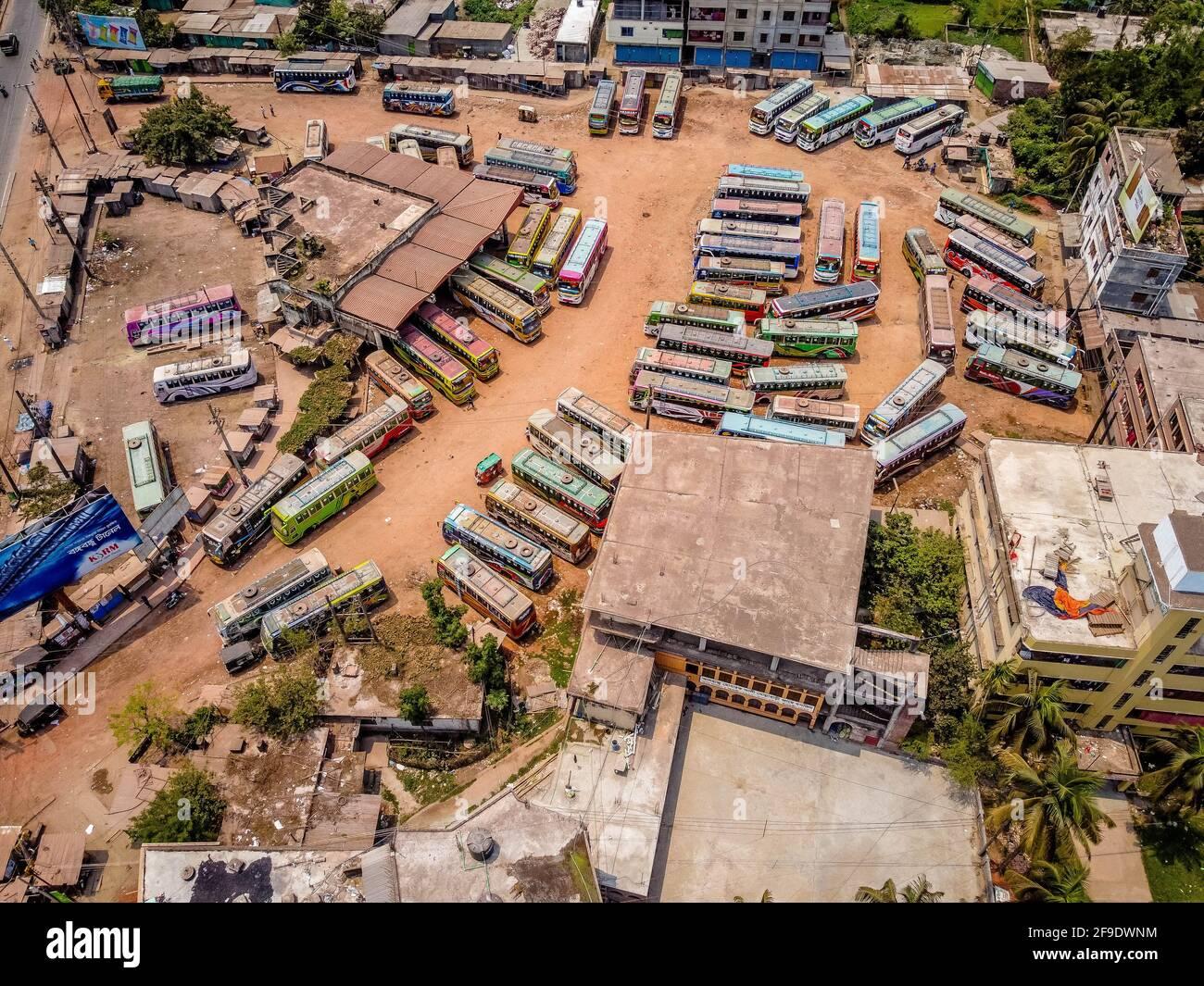 Barisal, Bangladesch. April 2021. Eine Luftaufnahme des Rupatoli Bus Terminals in Barisal, da die Busse während einer strikten Sperre, die von den Behörden von Bangladesch zur Bekämpfung der Ausbreitung des Covid-19-Coronavirus in Barisal durchgesetzt wurde, weiterhin geparkt bleiben. (Foto: Mustasinur Rahman Alvi/Pacific Press) Quelle: Pacific Press Media Production Corp./Alamy Live News Stockfoto