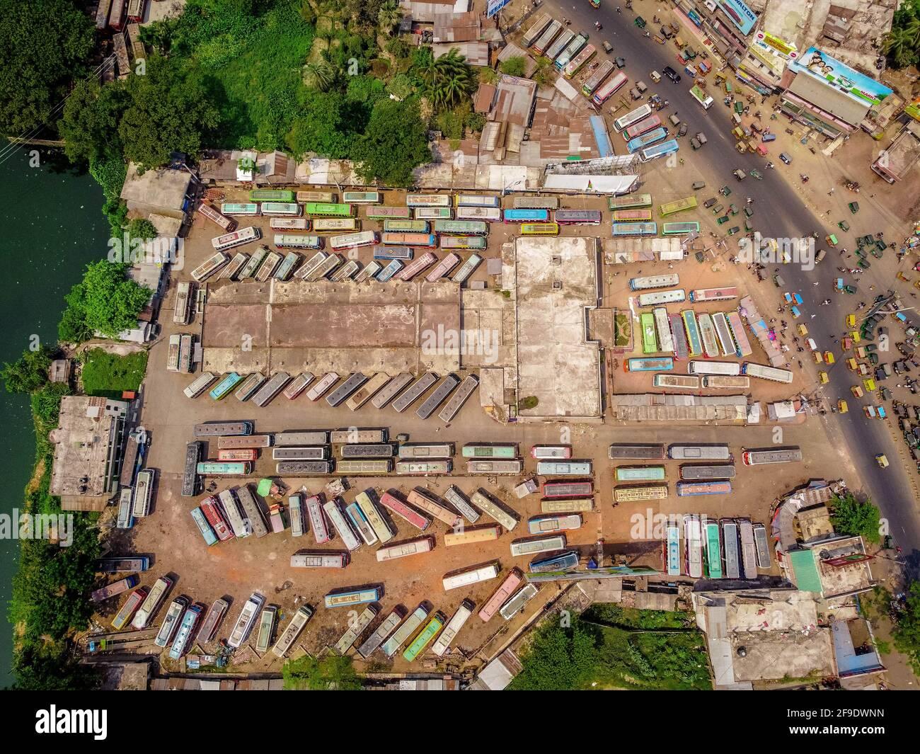 Barisal, Bangladesch. April 2021. Eine Luftaufnahme des Natullahbad Bus Terminals in Barisal, da die Busse während einer strikten Sperre, die von den Behörden von Bangladesch zur Bekämpfung der Ausbreitung des Covid-19-Coronavirus in Barisal durchgesetzt wurde, weiterhin geparkt bleiben. (Foto: Mustasinur Rahman Alvi/Pacific Press) Quelle: Pacific Press Media Production Corp./Alamy Live News Stockfoto