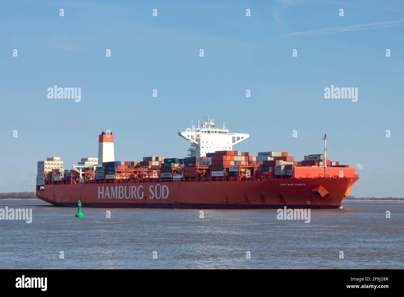 Das Reefer-Containerschiff CAP SAN MARCO, betrieben von der Reederei HAMBURG SÜD, passiert den Hafen Stadersand an der Elbe und führt nach Hamburg Stockfoto