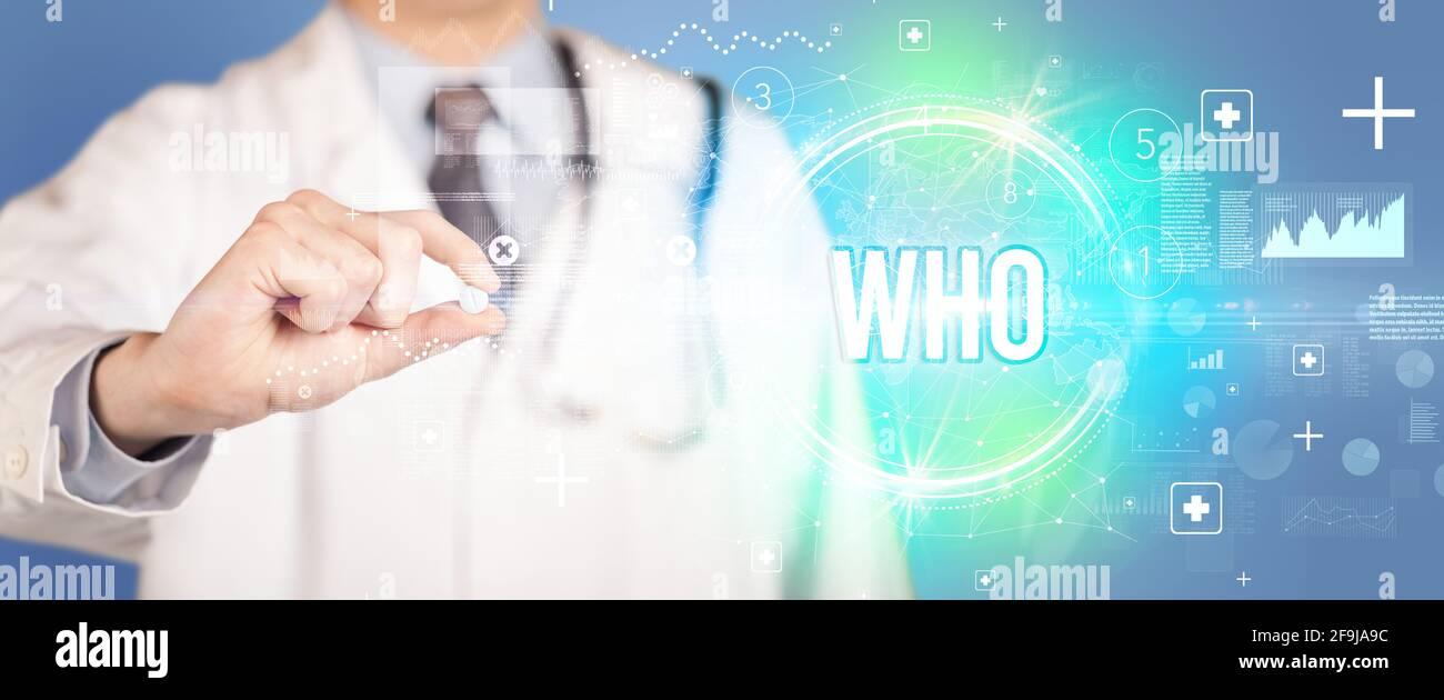 Nahaufnahme eines Arztes, der Ihnen eine Pille gibt Stockfoto