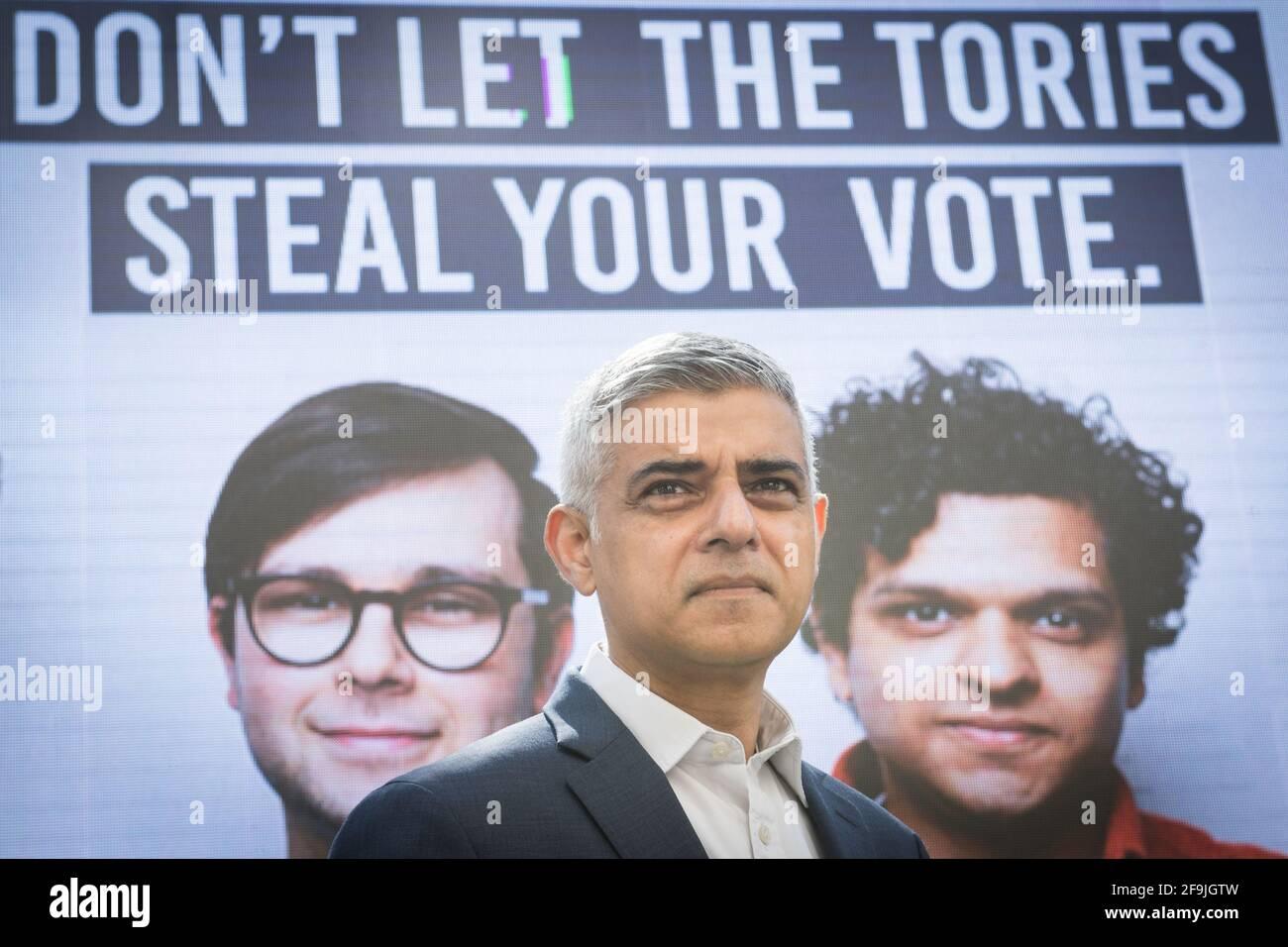 Der Bürgermeister von London, Sadiq Khan, stellt in Westminster, London, eine neue Kampagnenwerbung vor, in der die Londoner aufgefordert werden, sich vor dem Stichtag für eine Briefwahl zu registrieren, während sie sich auf dem Wahlkampfweg für die Londoner Mayoral-Wahl befinden. Bilddatum: Montag, 19. April 2021. Stockfoto