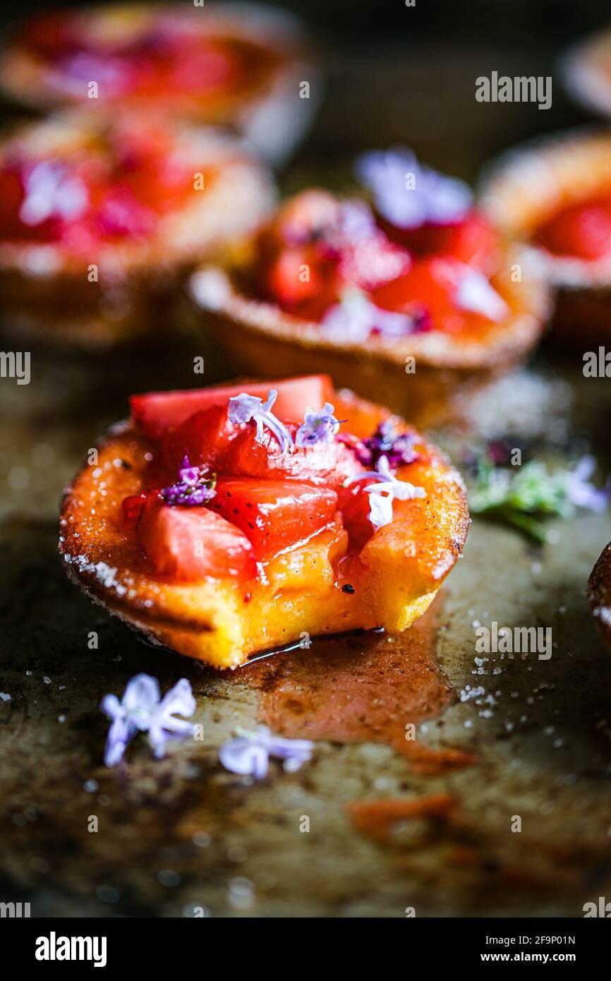 Erdbeeren und Fliedersirup Popovers Stockfoto