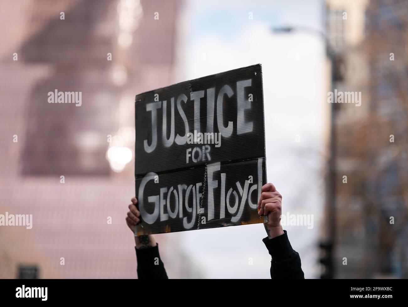 Washington, Minnesota, USA. April 2021. Ein Plexiglakt hält ein Zeichen außerhalb des Hennepin County Government Center, das auf das Gerichtsurteil reagiert, dass der ehemalige Minneapolis-Polizeibeamte Derek Chauvin in allen Anklagepunkten in Minneapolis, Minnesota, am 20. April 2021 für schuldig befunden wurde. Der ehemalige Minneapolis-Polizist Derek Chauvin wurde wegen des Todes von George Floyd wegen zwei Mordes und eines Totschlags für schuldig befunden, der Richter, der den Vorsitz über den hochkarätigen Prozess hatte, kündigte am Dienstag an und las das Urteil der Jury. Quelle: Ben Brewer/Xinhua/Alamy Live News Stockfoto