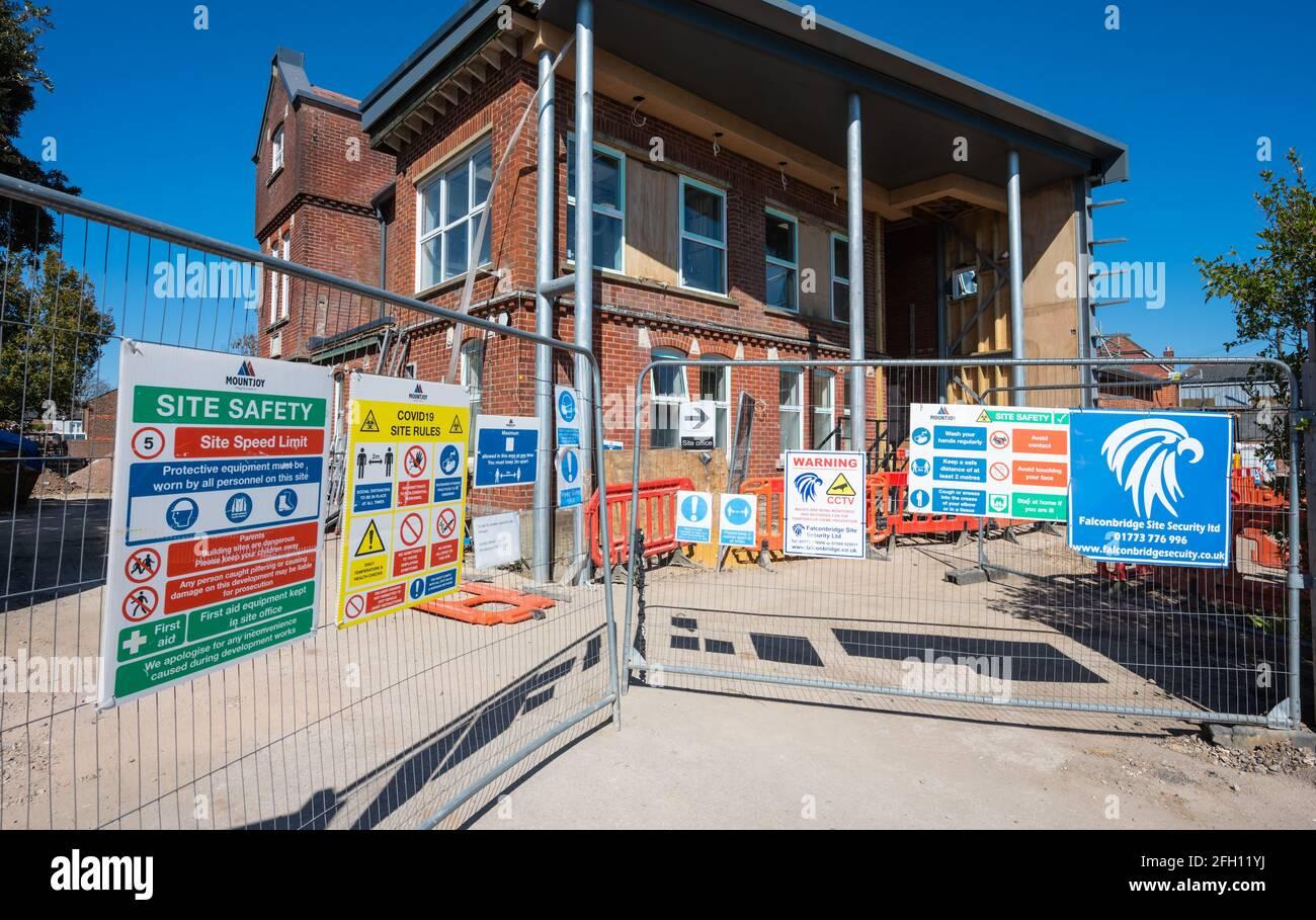 Baustelle am Victoria Cottage Hospital, das zur neuen Emsworth Surgery in Emsworth, Hampshire, Großbritannien, umgebaut wird. Stockfoto