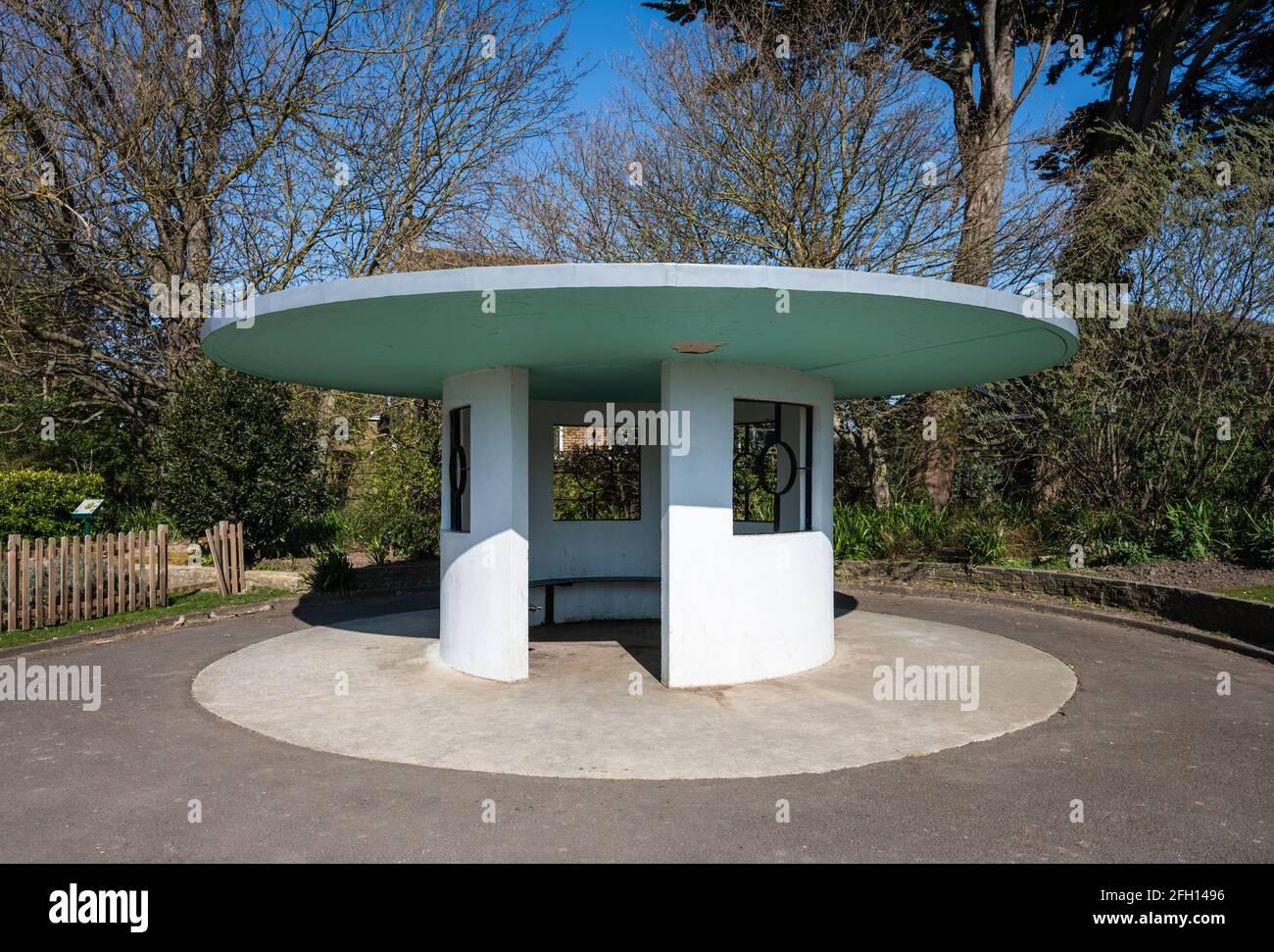 Art déco-Schutzhütte, erbaut in den 1930er Jahren im Mewsbrook Park, Littlehampton, West Sussex, England, Großbritannien. Stockfoto