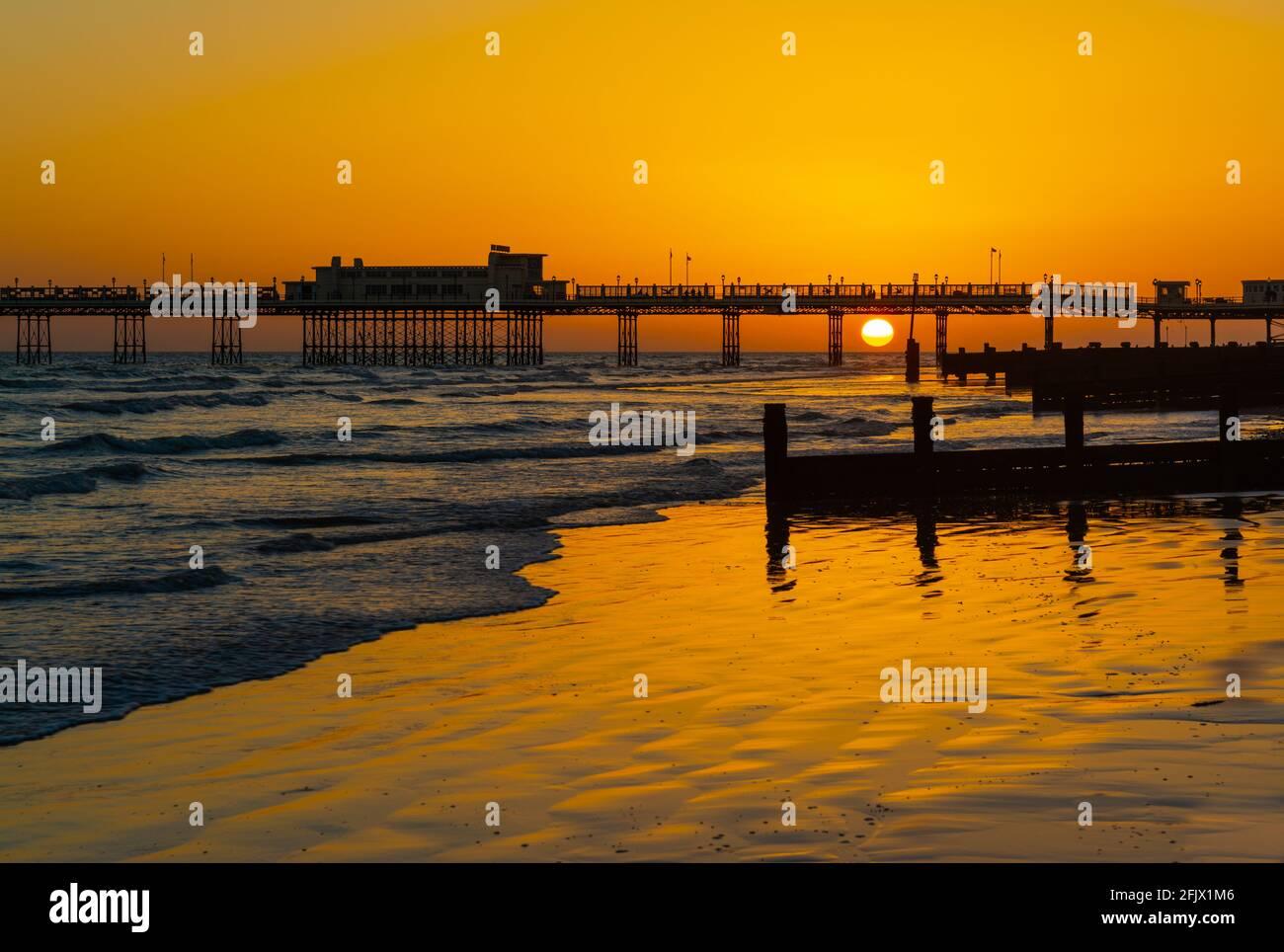 Sonnenuntergang über dem Meer am Worthing Pier in Worthing, West Sussex, England, UK. Stockfoto