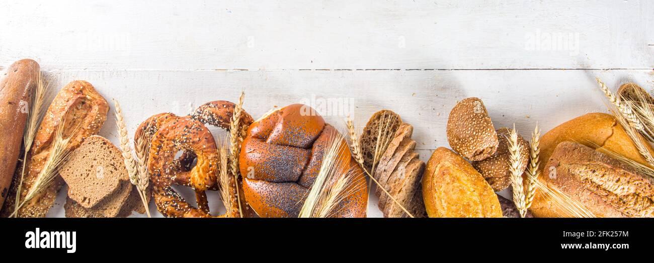 Auswahl an verschiedenen leckeren frisch gebackenen Brot, auf weißem Hintergrund Draufsicht Copy Space Stockfoto
