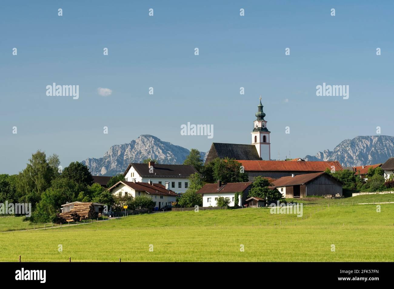 Weildorf mit Kirche und Hochstaufen und Zwiesel im Hintergrund, Gemeinde Teisendorf, Bayern, Deutschland Stockfoto