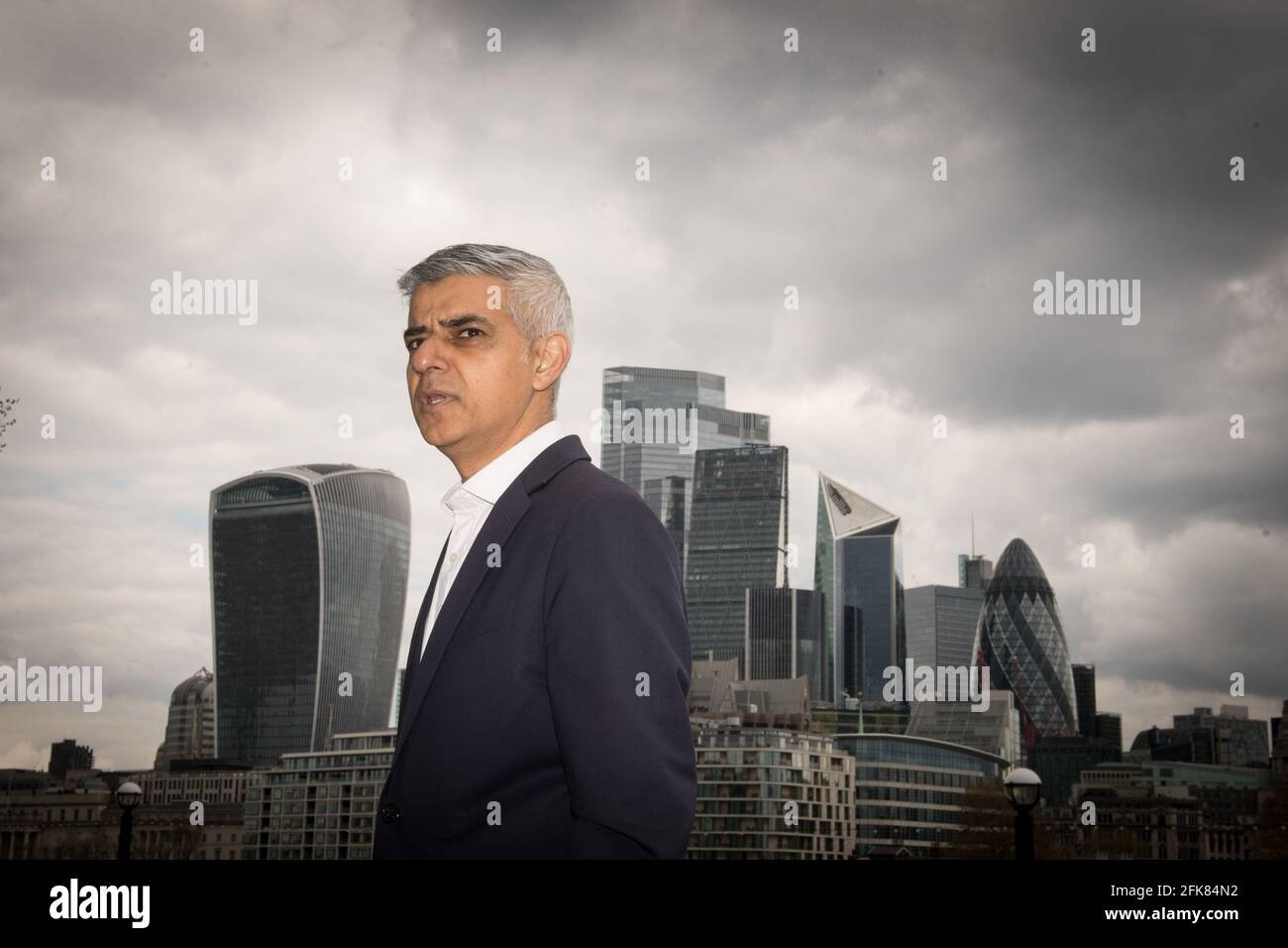 Der Bürgermeister von London, Sadiq Khan, in der Nähe des Londoner Rathauses, forderte die Londoner auf, ihm ein festes Mandat zu erteilen, um für erschwinglichere Mieten in der Hauptstadt zu drängen. Bilddatum: Donnerstag, 29. April 2021. Stockfoto