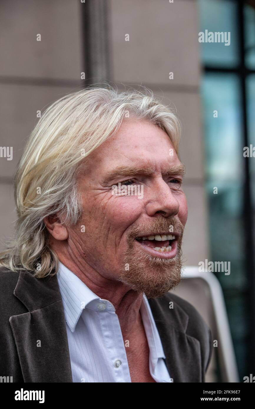 Sir Richard Branson, Vorsitzender der Virgin Group im Portcullis House, wird vom Select Committee des Verkehrsausschusses zur Bahnstrecke an der Westküste befragt. Stockfoto