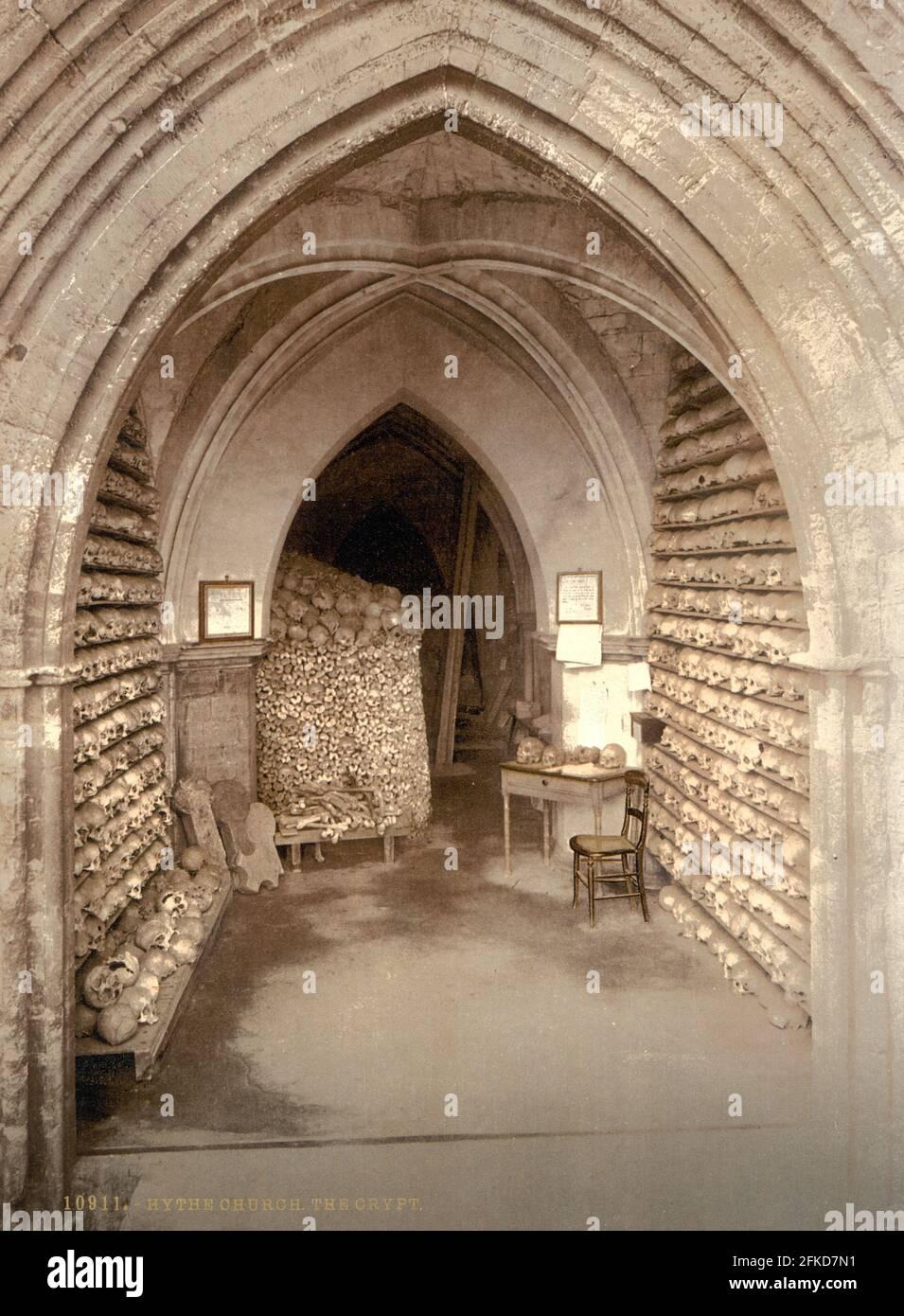 Das Beinhaus in der Krypta von St. Leonard, Hythe, Kent um 1890-1900 Stockfoto