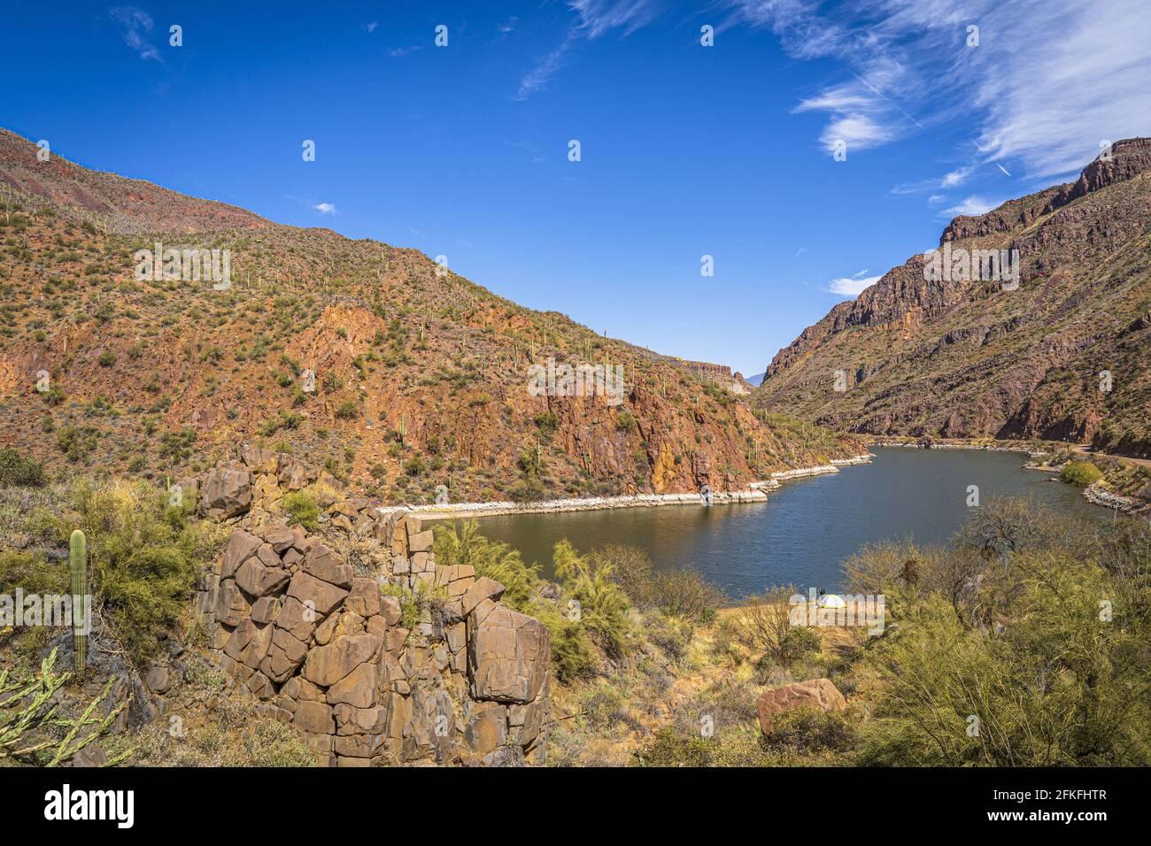 Wunderschöne malerische Aussicht auf den Fluss und die Felsen vor dem blauen Himmel, Sonoran Wüste, Arizona Stockfoto