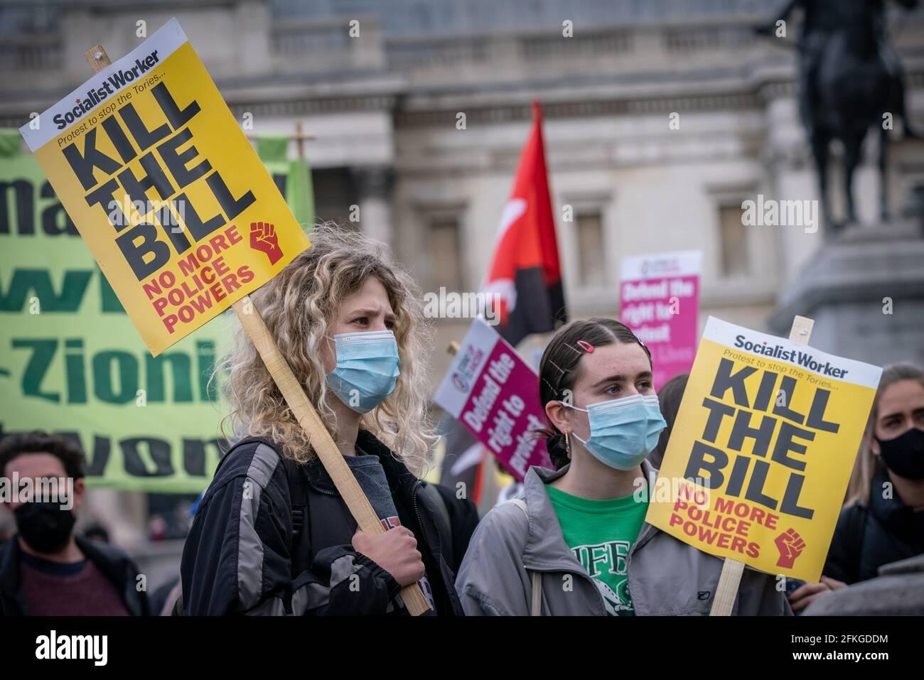 London, Großbritannien. Mai 2021. Tötet den Bill-Protest. Tausende versammeln sich am Trafalgar Square, um gegen eine neue Gesetzesvorlage für Polizei, Kriminalität, Verurteilung und Gerichte am 1. Mai (oder am Labor Day) vorzugehen. Zahlreiche soziale Bewegungen haben sich zusammengeschlossen, um gegen das Gesetz zu protestieren, das ihrer Meinung nach die Meinungs- und Versammlungsfreiheit erheblich einschränken würde, indem sie der Polizei unter anderem Befugnisse zur Eindämmung von Protesten einräumen würden. Kredit: Guy Corbishley/Alamy Live Nachrichten Stockfoto