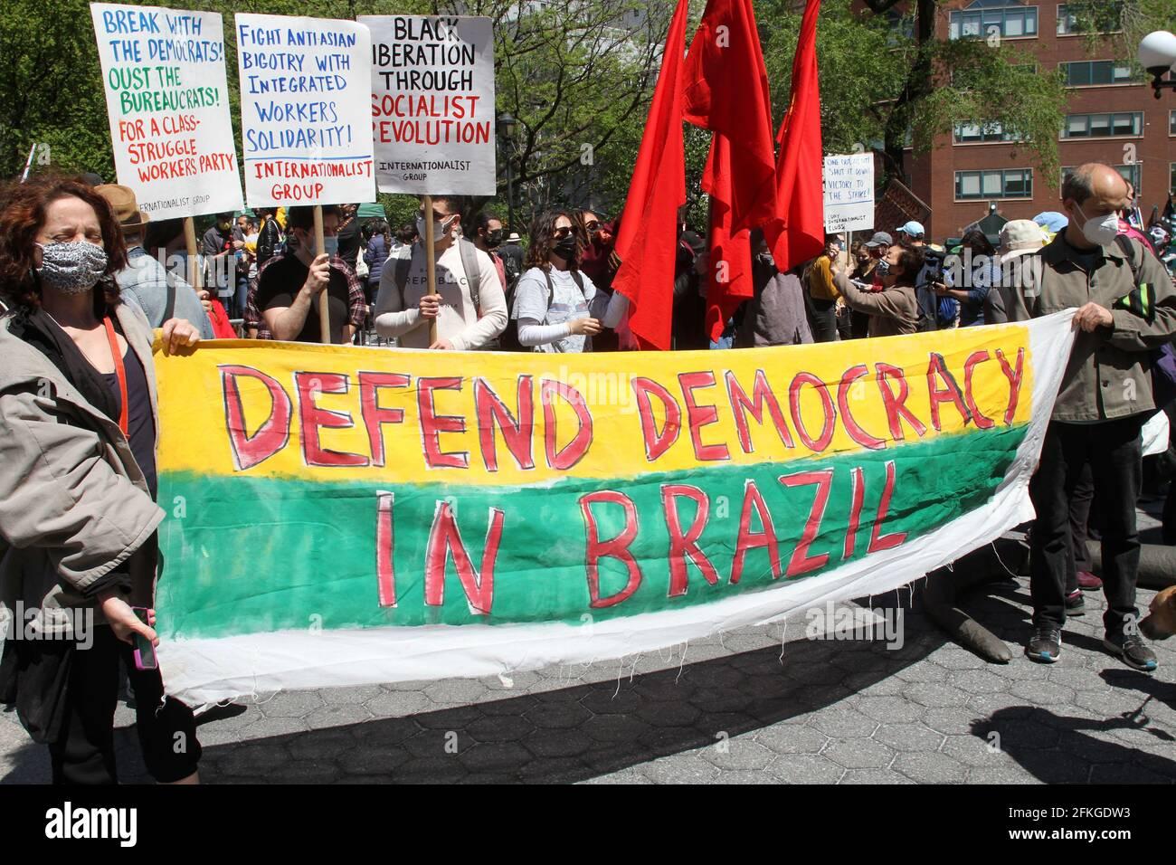1. Mai 2021, New York, New York, USA: NEW YORK -Kundgebungen und Proteste am 1. Mai an verschiedenen Orten in Manhattan, von der Sicherheit der Arbeitnehmer, Marihuana, Gerechtigkeit, der Entfinanzierung der NATO, freien politischen Gefangenen, viele Gruppen gehen auf die Straße, um zu protestieren (Foto: © Bruce Cotler/ZUMA Wire) Stockfoto