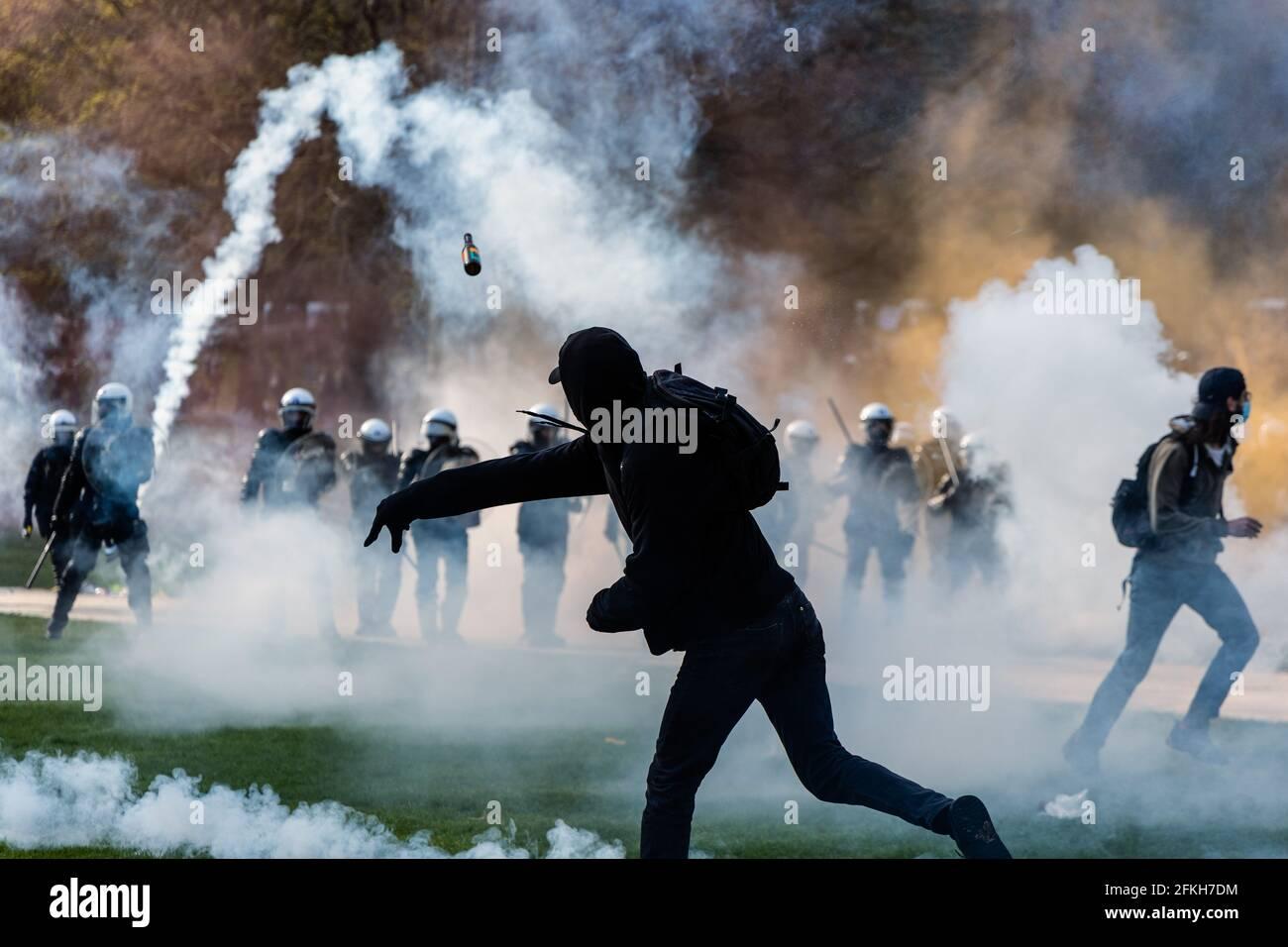 Brüssel, Belgien. Mai 2021. Protest gegen sanitäre Maßnahmen und wilde Partei am 1. Mai mit dem Namen ''La Boum 2'' Einen Monat nach ''La Boum 1''' in Brüssel wurde soziale Distanzierung selten respektiert und auch das Tragen von Masken, viel Spannung und Gewalt zwischen Polizei und Demonstranten. (Bild: © Arnaud Brian via Wire) Stockfoto