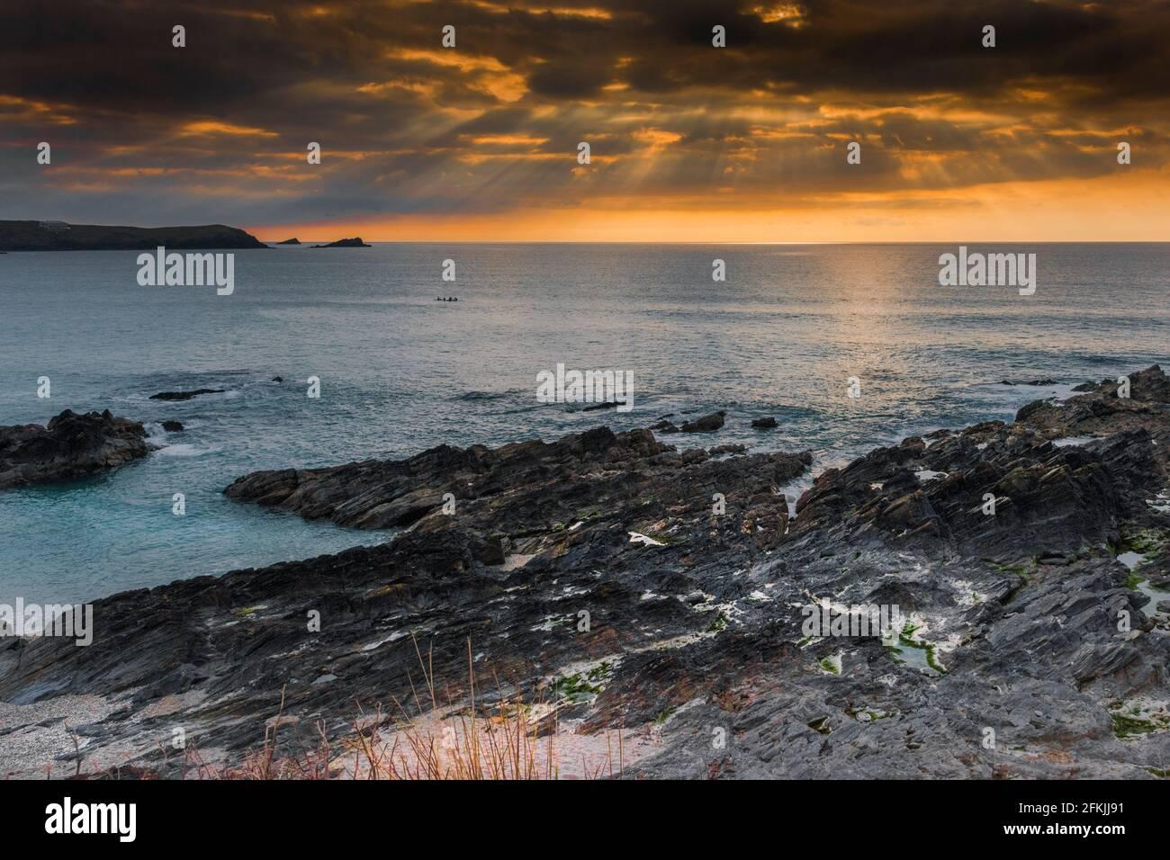 Ein spektakulärer Sonnenuntergang über der Fistral Bay in Newquay in Cornwall. Stockfoto