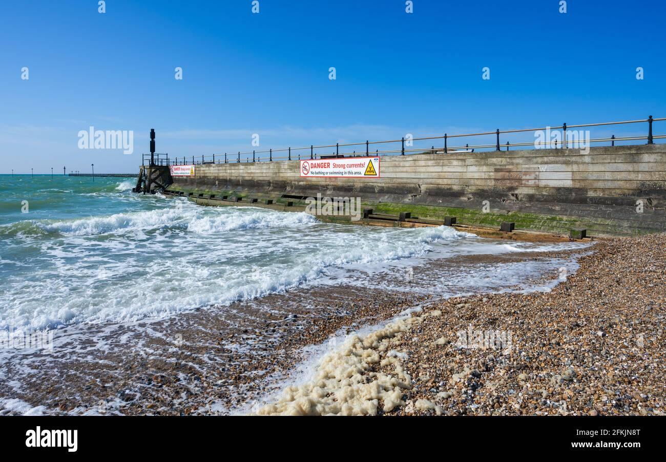 Littlehampton Pier, ein hölzerner Pier in einem Badeort bei Flut im Frühling mit Gefahr ohne Schwimmschilder in Littlehampton, West Sussex, England, Großbritannien. Stockfoto