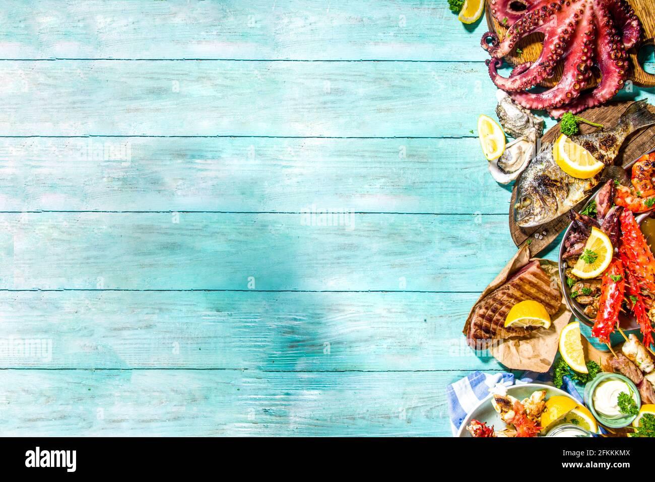 Sortiment verschiedene Grill mediterrane Grillgerichte - Fisch, Kraken, Garnelen, Krabben, Meeresfrüchte, Miesmuscheln, Sommerdiät grillfest, mit Kebab, Saucen, Stockfoto