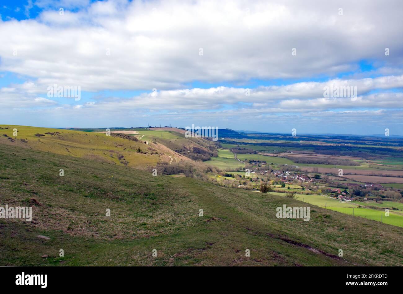 Ein Blick entlang der Nordkarpment mit Fulking unten gesehen vom Devils Dyke in Sussex, England, Großbritannien. Stockfoto