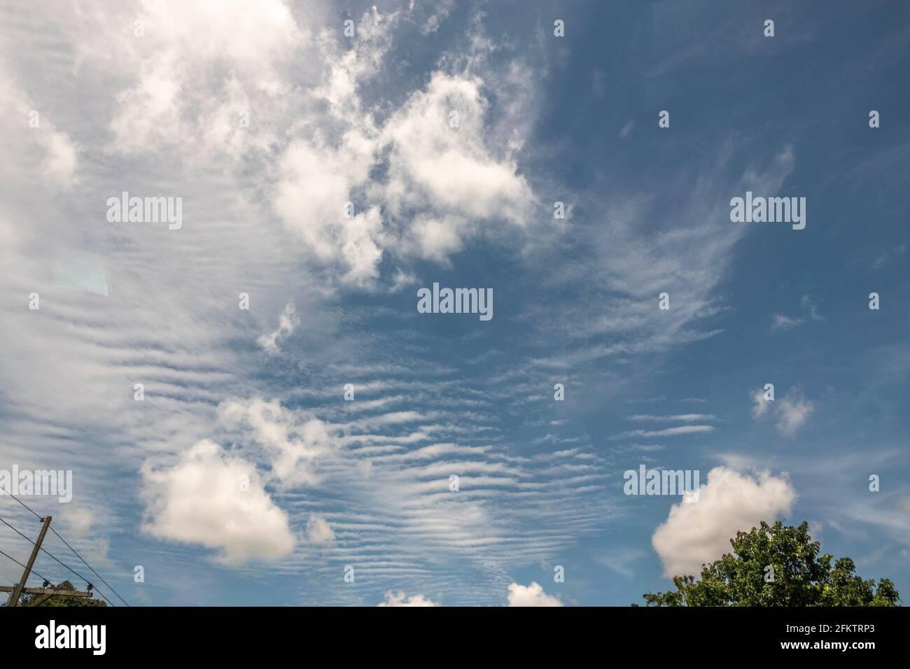 Blauer Himmel und Wolken auf Kampung Amo, Serian, Sarawak, Ostmalaysien Stockfoto
