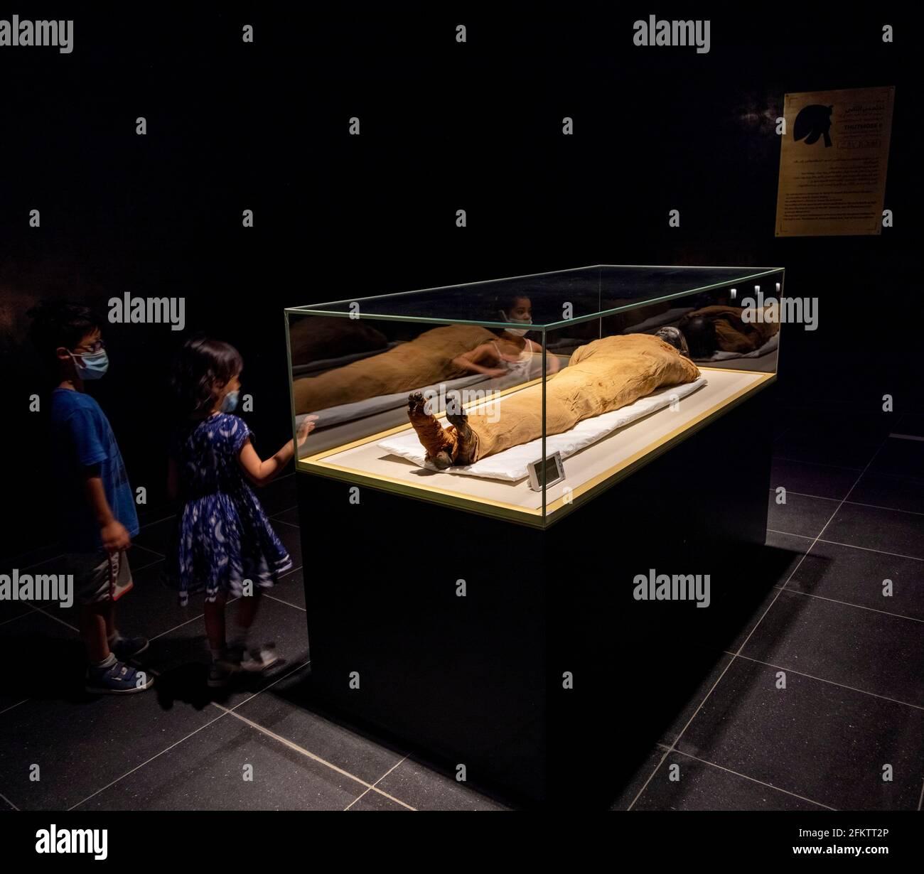Kinder, die die Mumie von König Thutmose II. (Gestorben 1479 v. Chr.), Nationalmuseum der ägyptischen Zivilisation, betrachten Stockfoto