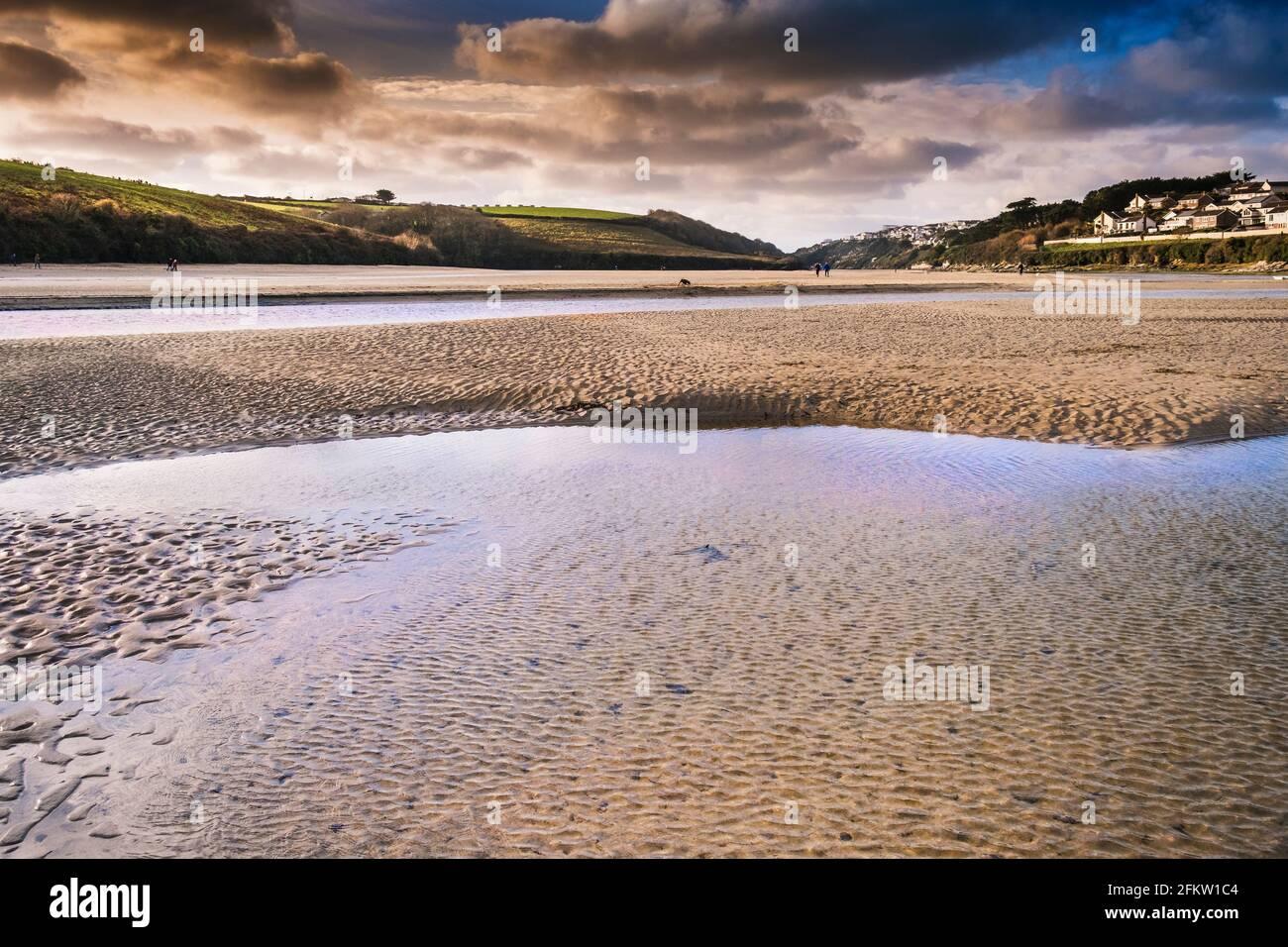 Der Fluss Gannel bei Ebbe in Newquay in Cornwall. Stockfoto