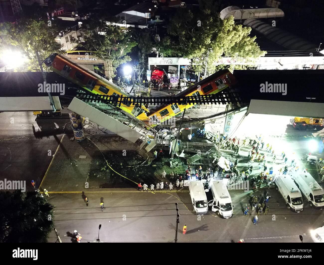 Mexiko-Stadt. Mai 2021. Luftaufnahme vom 4. Mai 2021 zeigt die Szene eines Einsturzes einer U-Bahn-Brücke in Mexiko-Stadt, Mexiko. Nach einem aktualisierten vorläufigen Bericht der lokalen Behörden wurden nach dem Einsturz einer U-Bahn-Brücke im Süden von Mexiko-Stadt am Montagabend mindestens 15 Menschen getötet und 70 weitere verletzt. Kredit: Xin Yuewei/Xinhua/Alamy Live Nachrichten Stockfoto