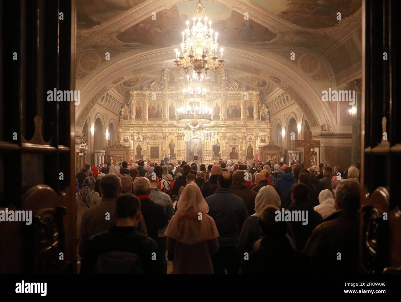 Rjasan, Russland. Mai 2021. Die russisch-orthodoxen Gläubigen nehmen an einer Osterliturgie in der Geburtskirche Christi Teil. In diesem Jahr feiert die russisch-orthodoxe Kirche Ostern am 2. Mai. Quelle: Alexander Ryumin/TASS/Alamy Live News Stockfoto