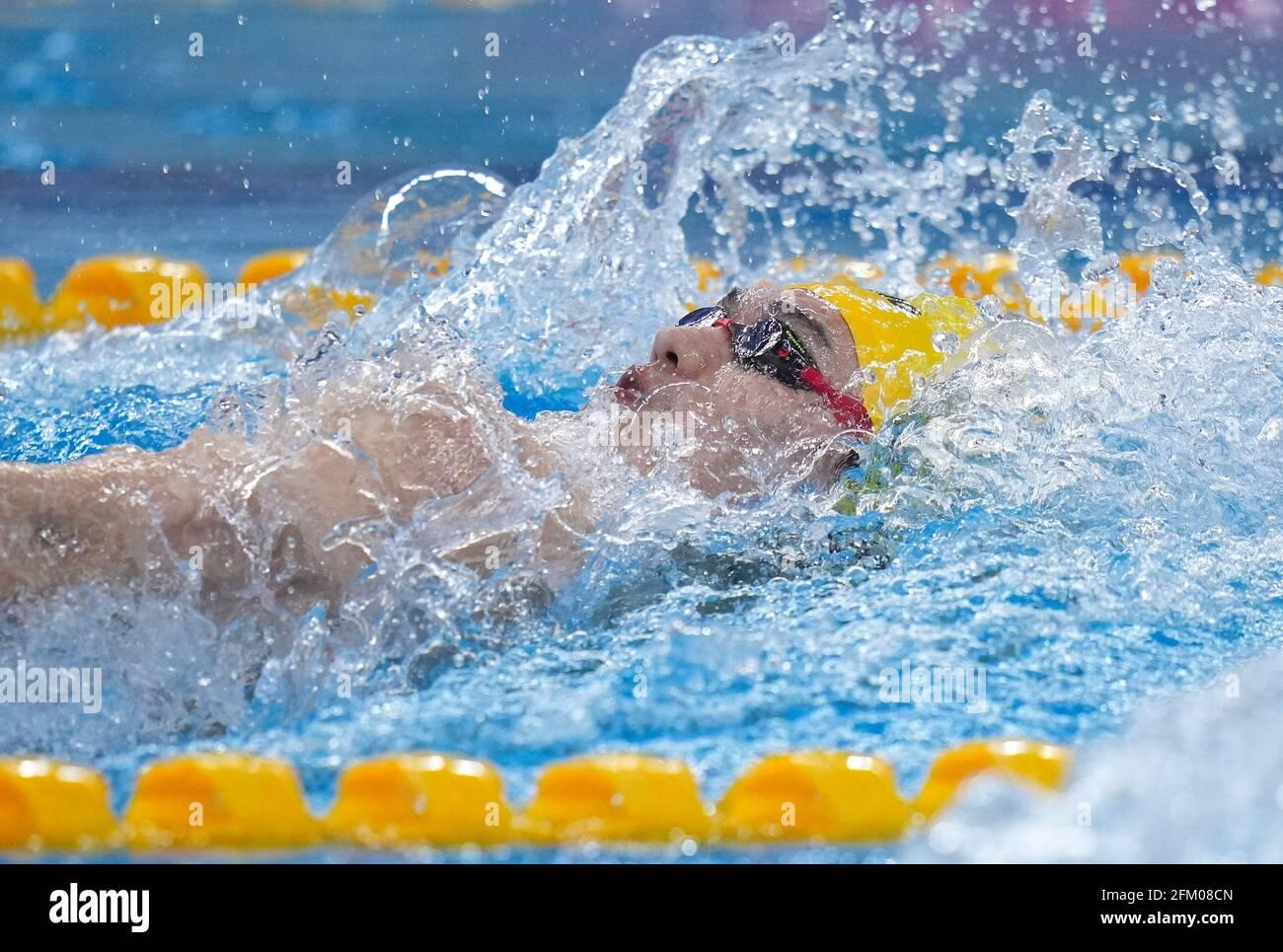 Qingdao, China. Mai 2021. Xu Jiayu aus Zhejiang tritt beim Halbfinale der Männer mit 200 m Rückschlag bei den chinesischen nationalen Schwimmmeisterschaften 2021 in Qingdao, Ostchina, am 5. Mai 2021 an. Quelle: Xu Chang/Xinhua/Alamy Live News Stockfoto