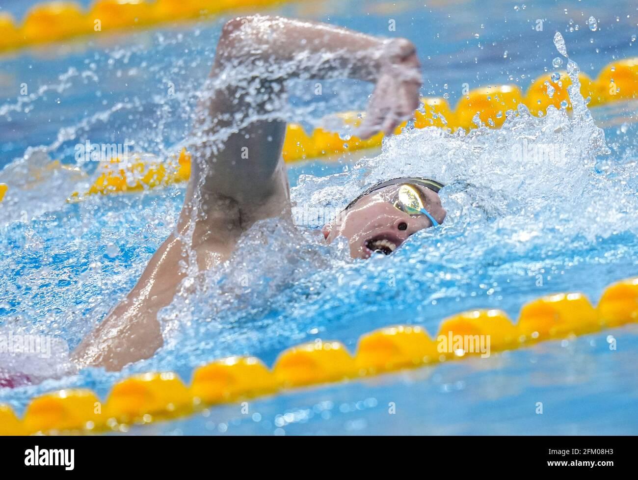 Qingdao, China. Mai 2021. Cheng Long aus Shandong tritt beim 800-m-Freestyle-Finale der Männer bei den chinesischen nationalen Schwimmmeisterschaften 2021 in Qingdao, Ostchina, am 5. Mai 2021 an. Quelle: Xu Chang/Xinhua/Alamy Live News Stockfoto