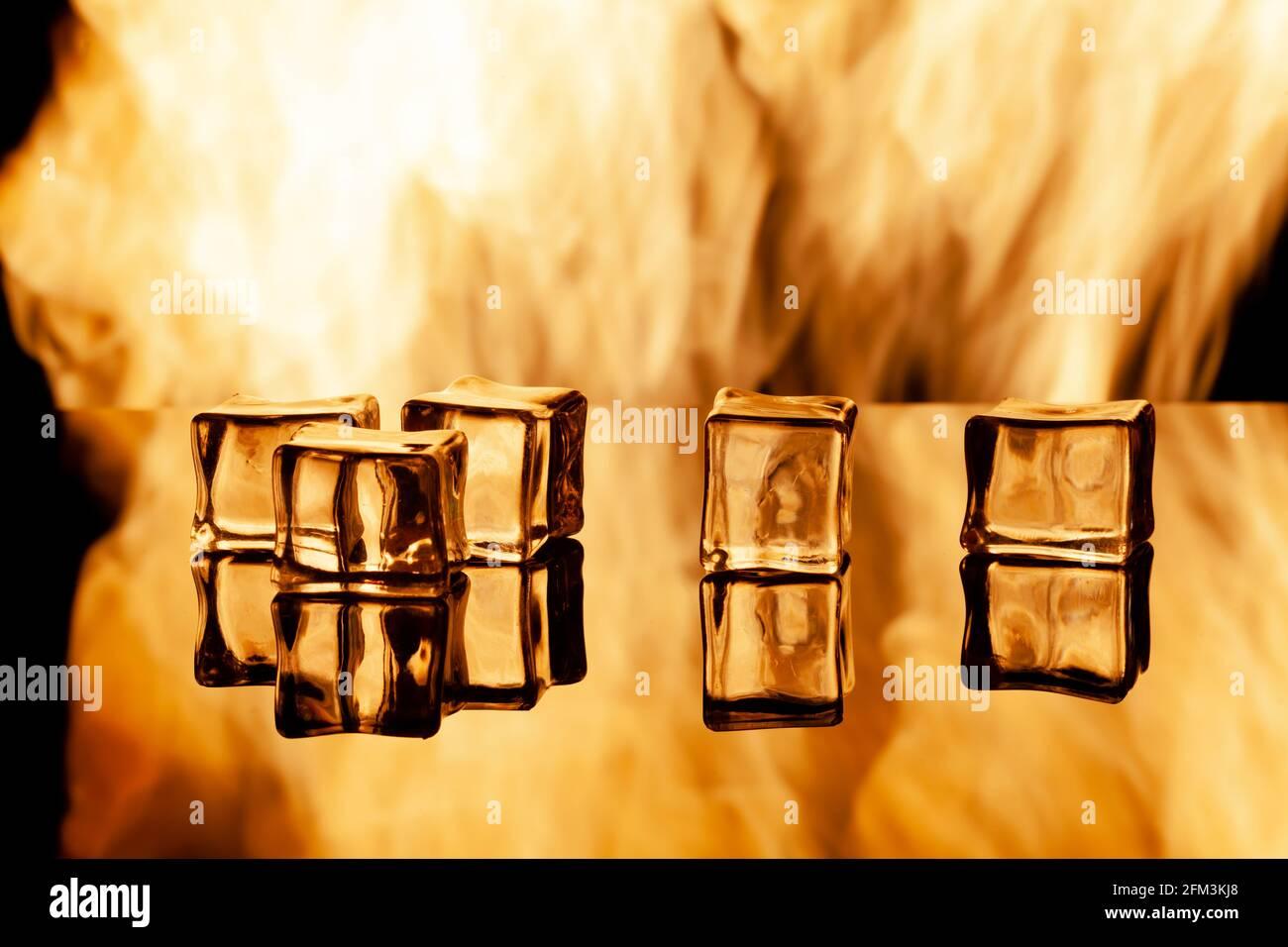 Fünf Eisstücke auf schwarzem Eintauchen, unter den Text legen Stockfoto