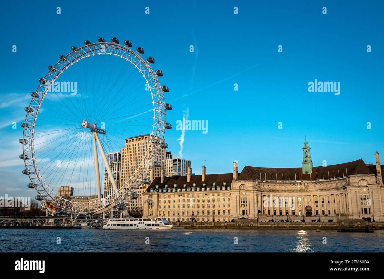 The London Eye and County Hall, Lambeth, London, England Stockfoto