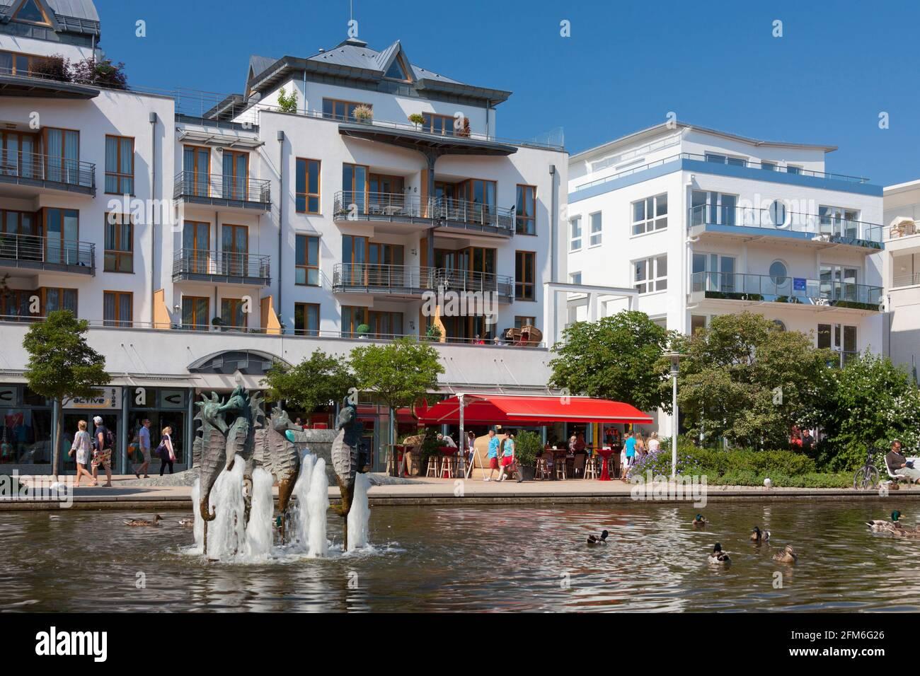 Promenade mit Geschäften und Apartments am Timmendorfer Strand / Timmendorfer Strand entlang der Ostsee, Ostholstein, Schleswig-Holstein, Deutschland Stockfoto